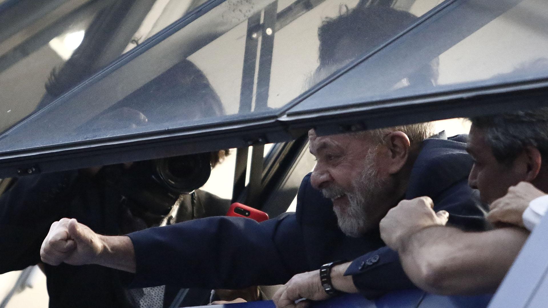 Lula saluda a los simpatizantes desde el segundo piso del sindicato. (AFP PHOTO / Miguel SCHINCARIOL)