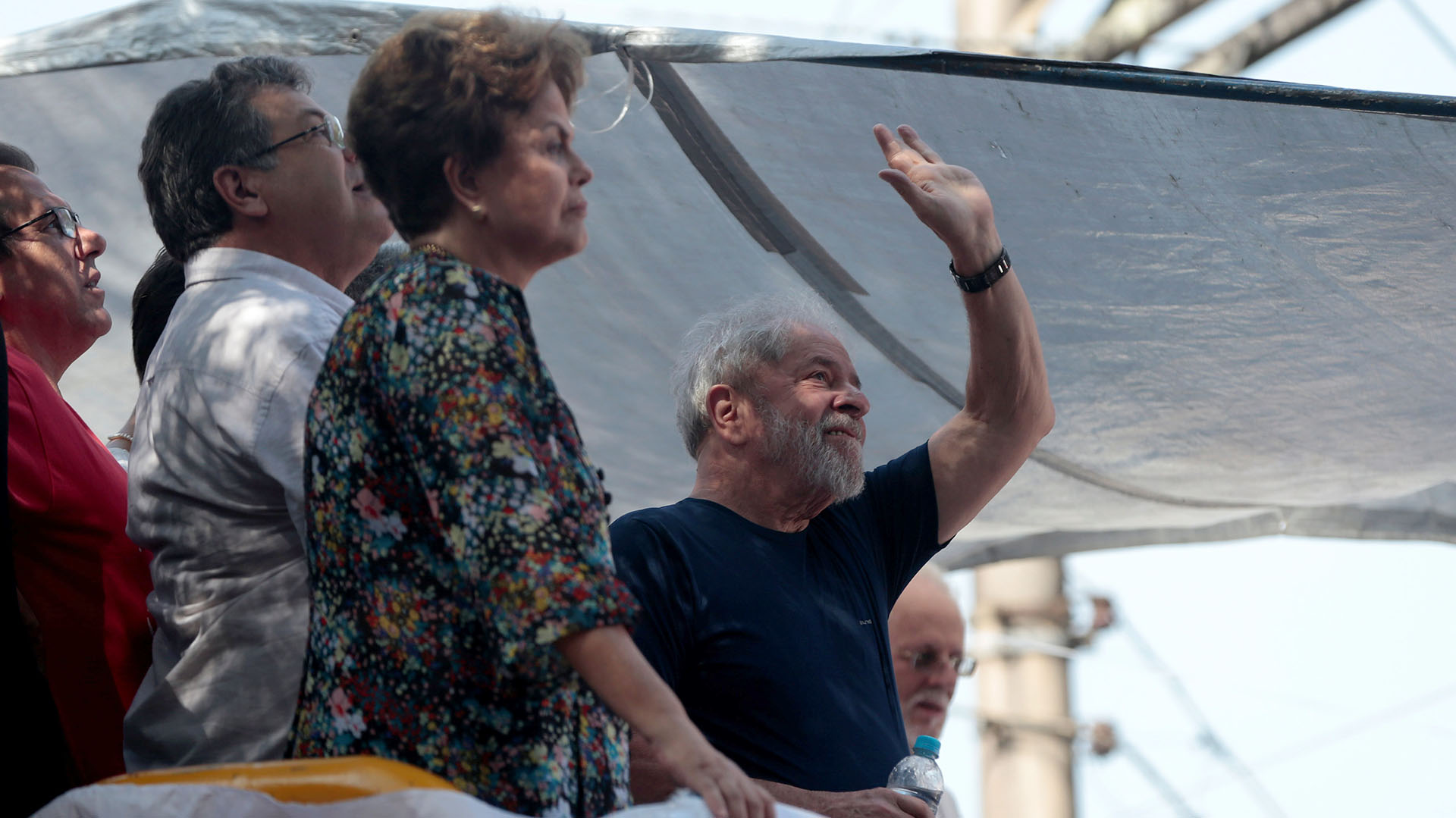 7 de abril de 2018. Pese a que el plazo de entrega voluntaria había expirado el viernes, las autoridades permitieron a Lula participar en una misa en honor a su fallecida esposa en el sitio donde estaba refugiado. (REUTERS/Leonardo Benassatto)