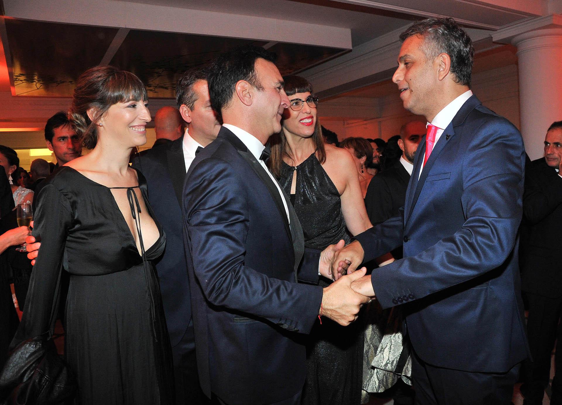 Pavesio recibe el saludo de Mario Massaccesi