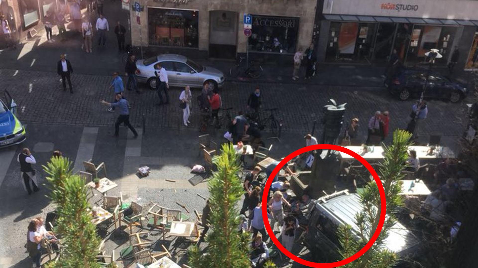 La furgoneta atropelló a las personas que comían en un restaurante
