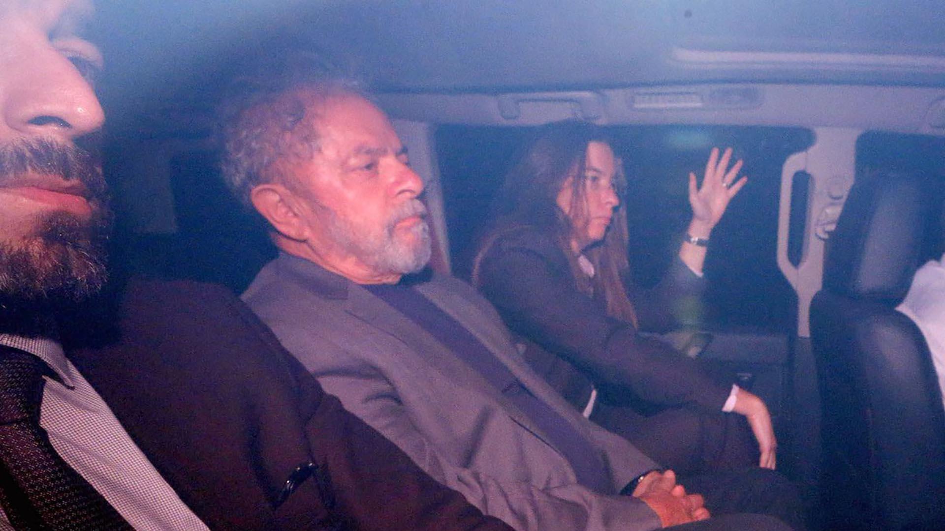 Lula trasladado en un auto policial tras entregarse