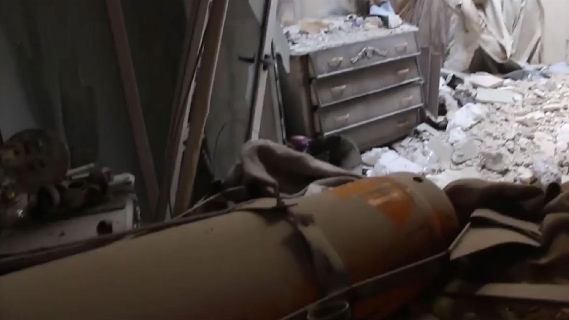 Aunque no explotó, la bomba destruyó parte de la vivienda al caer