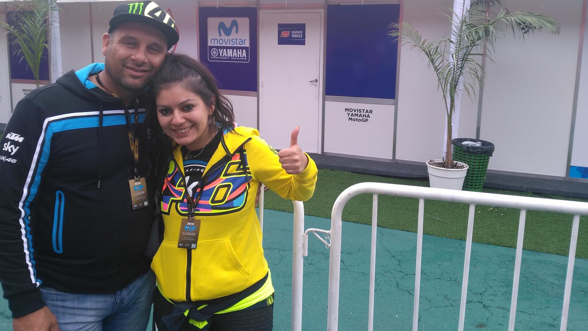 La feliz pareja aguarda el momento del reencuentro con Valentino Rossi