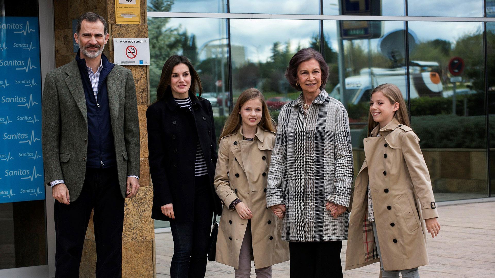 Para silenciar la repercusión de aquel escándalo y el acoso de prensa,la familia real se mostró unida a la hora de visitar a Juan Carlos que se encontraba en una situación delicada por lo que las visitas al hospital fueron frecuentes.