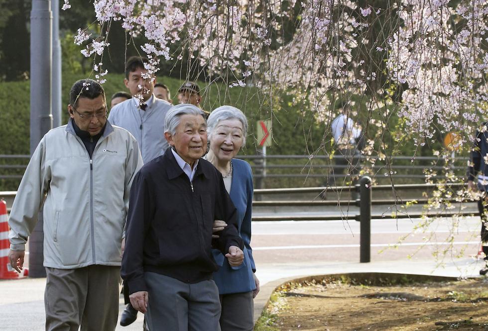 El emperador Akihito y la emperadora Michiko caminan fuera del palacio imperial en Tokio(The Yomiuri Shimbun, vía AP Images)