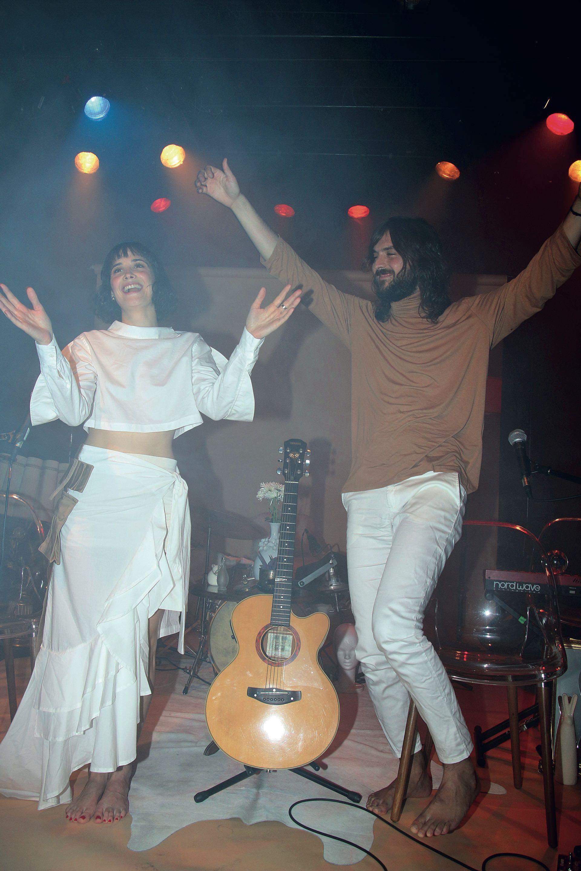 Flor Torrente y Joaquín Vitola sobre el escenario. (Foto Movilpress)