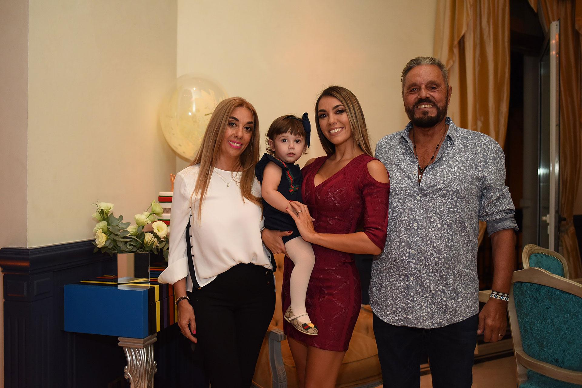 Floppy, Moorera y los padres de la modelo: Moni y Ricky.