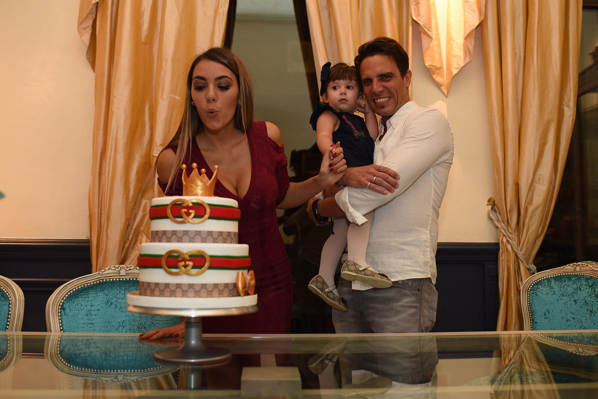 Floppy Tesouro a la hora de apagar la velita junto a su esposo Rodrigo Fernández Prieto y Moorea, la hija de ambos.