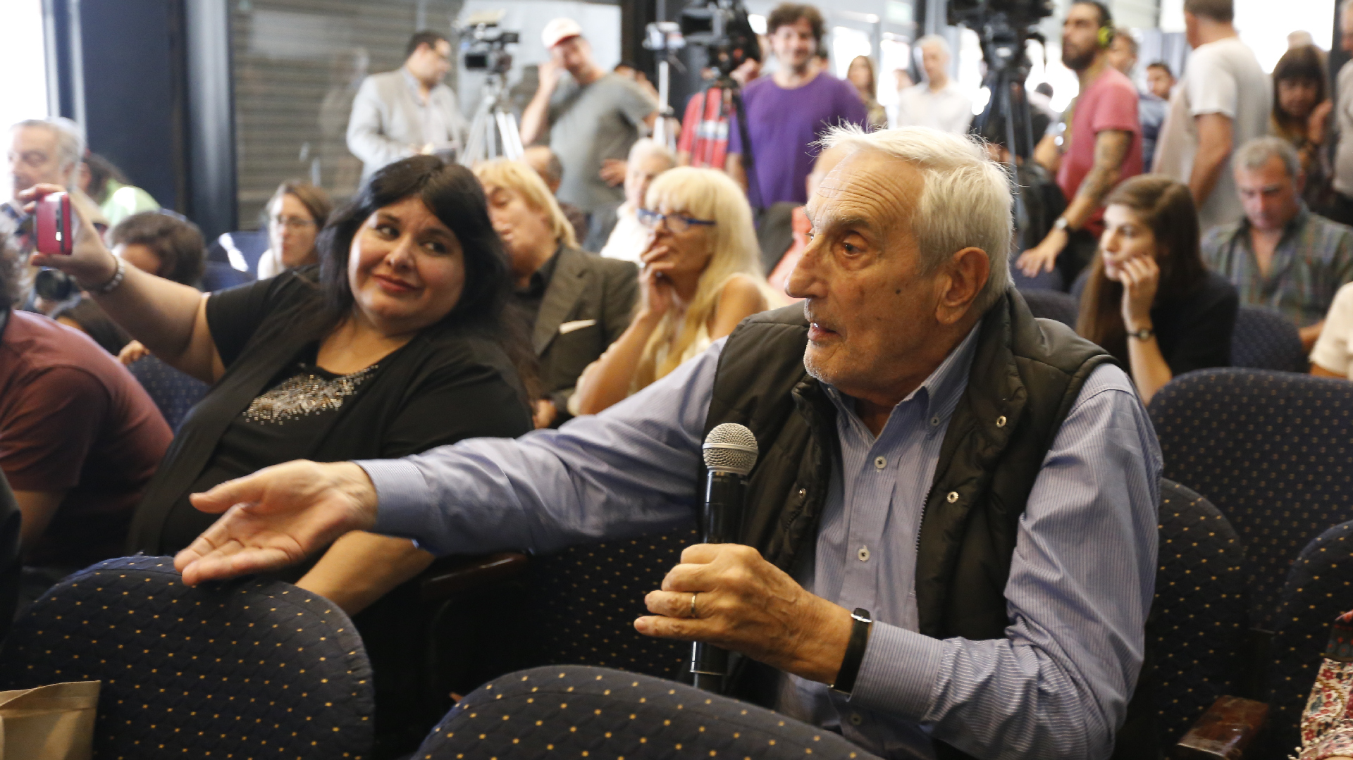 El periodista Luis Pedro Toni presente en la conferencia de prensa