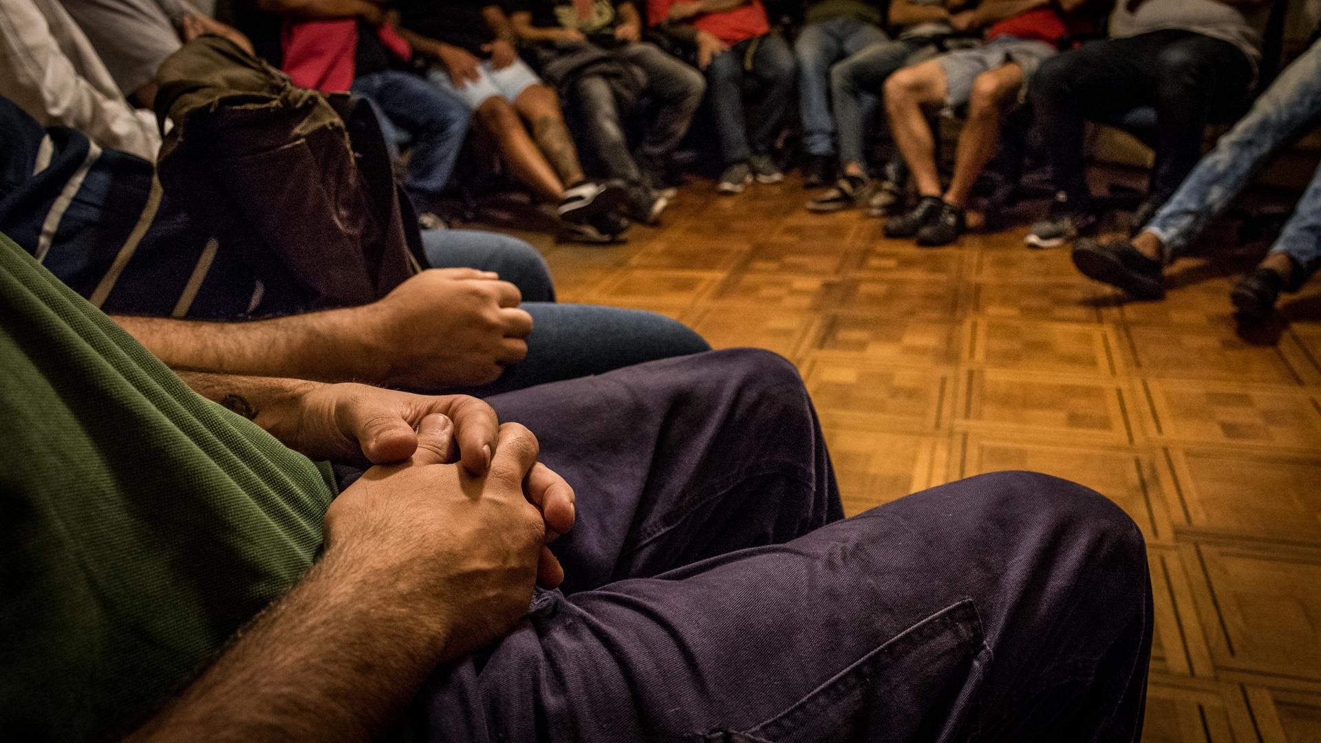 Lunes por la noche: 26 hombres participan del grupo de la Ong de Balvanera (M. Rosenzveig)