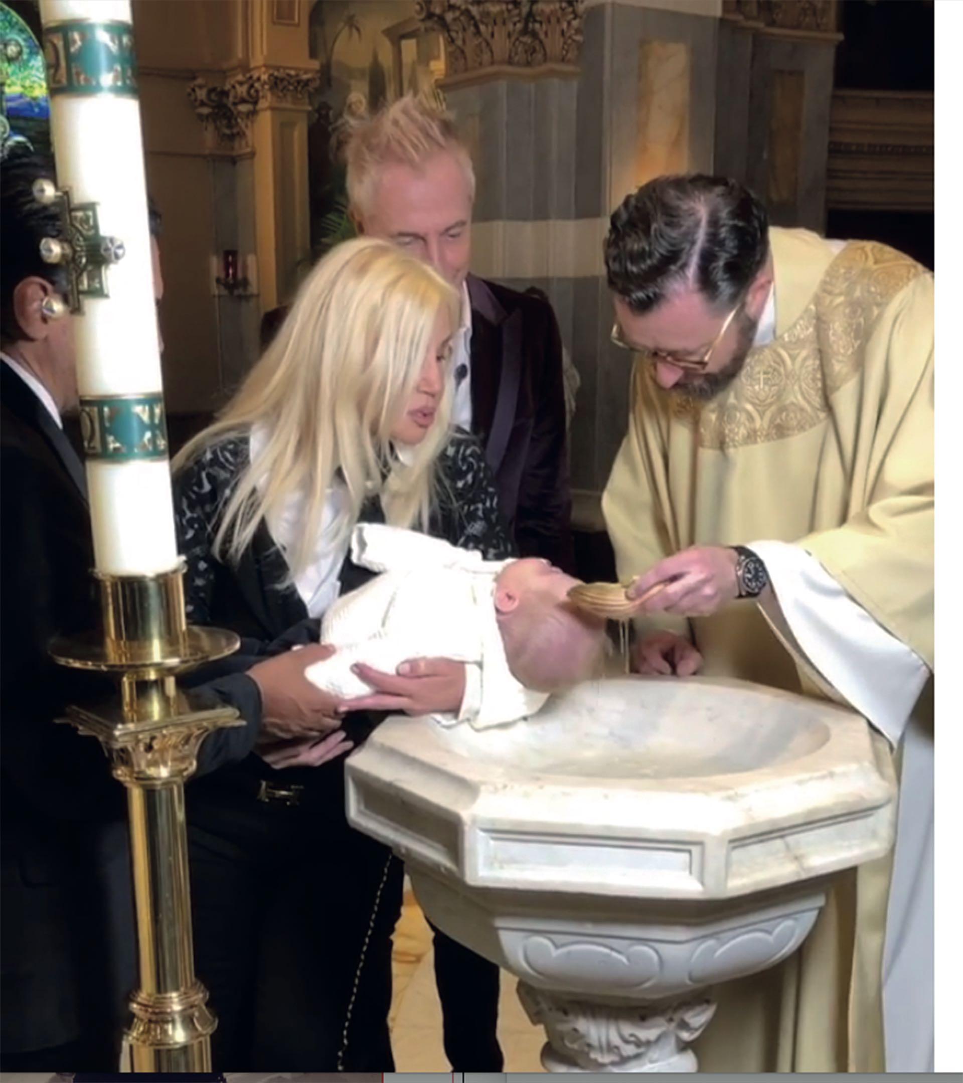 Mirko, en brazos de Susana Giménez fue ungido con el Santo Crisma .