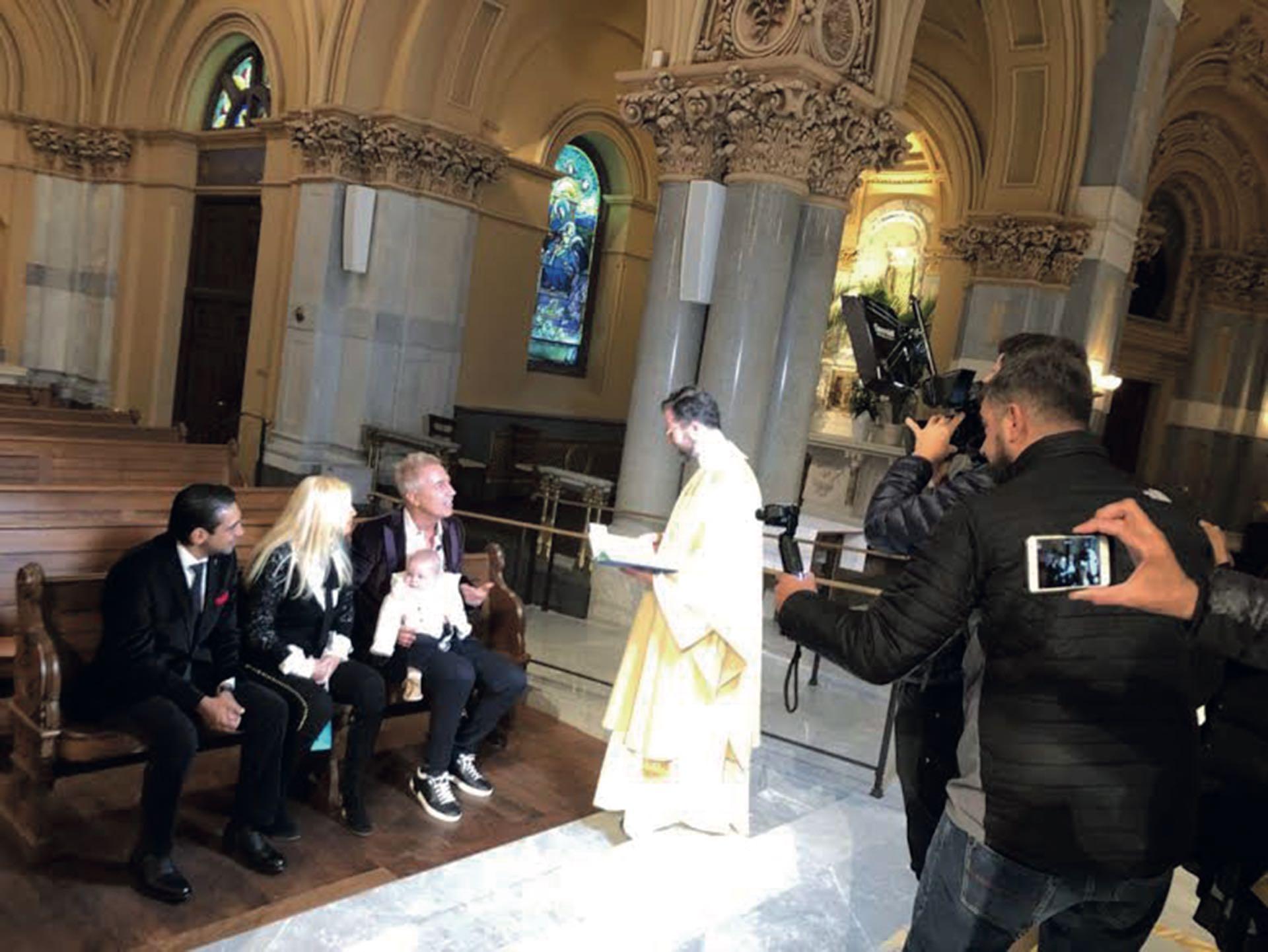 Mañana del domingo 8 de abril. El papá y los padrinos escuchan las palabras del sacerdote jesuita Daniel Corrou en la iglesia Saint Francis Xavier, del Midtown South de Manhattan