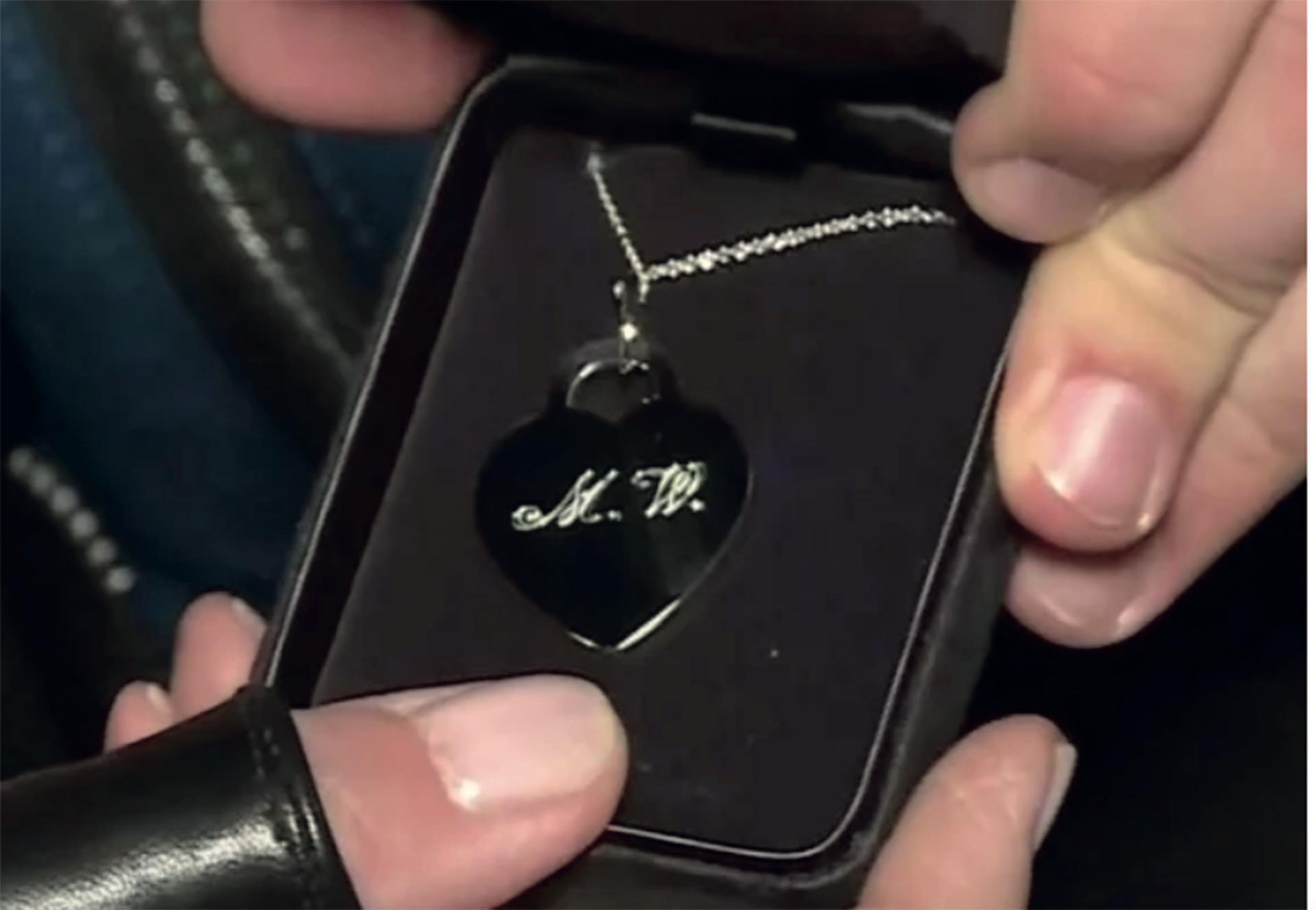 Coco Fernández también compró el regalo en Tiffany: dos colgantes con los nombres de padre e hijo.