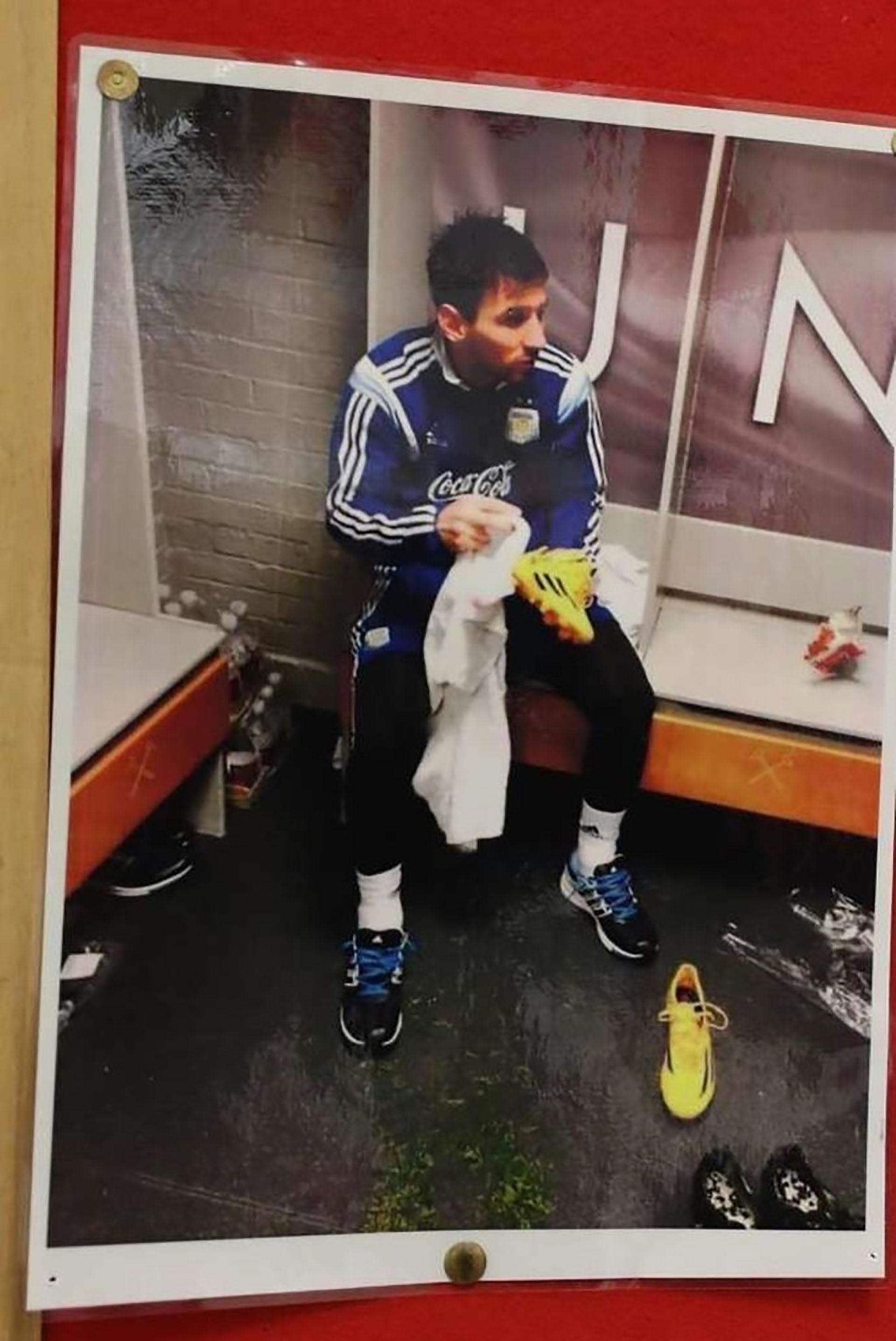 La foto de Lionel Messi que aparece pegada en el vestuario del centro de entrenamiento del Manchester United