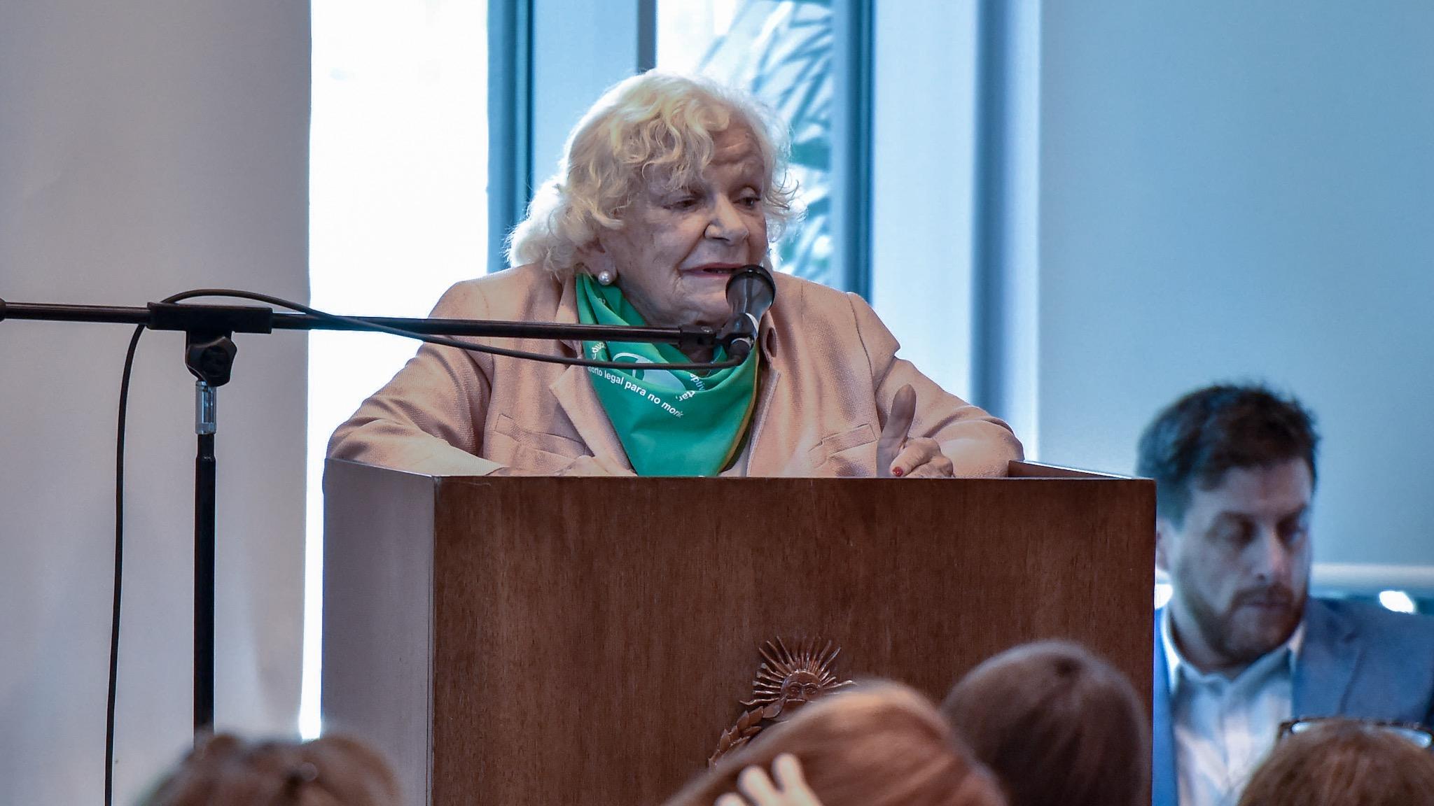 Nelly Minyersky, miembto de la Campaña Nacional por el derecho al Aborto Legal, Seguro y Gratuito
