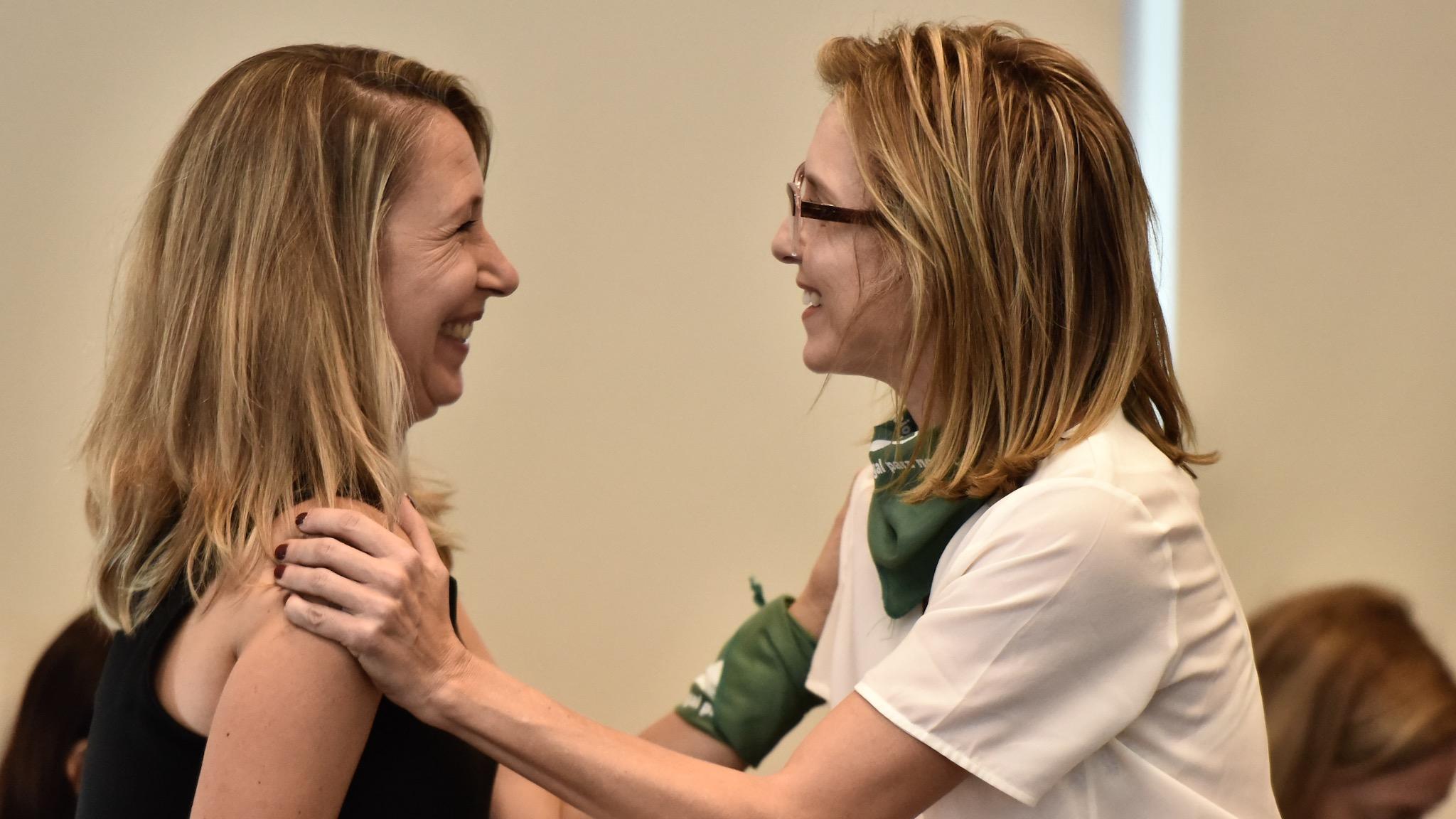 La legisladora porteña Myriam Bregman saluda a Carla Peterson