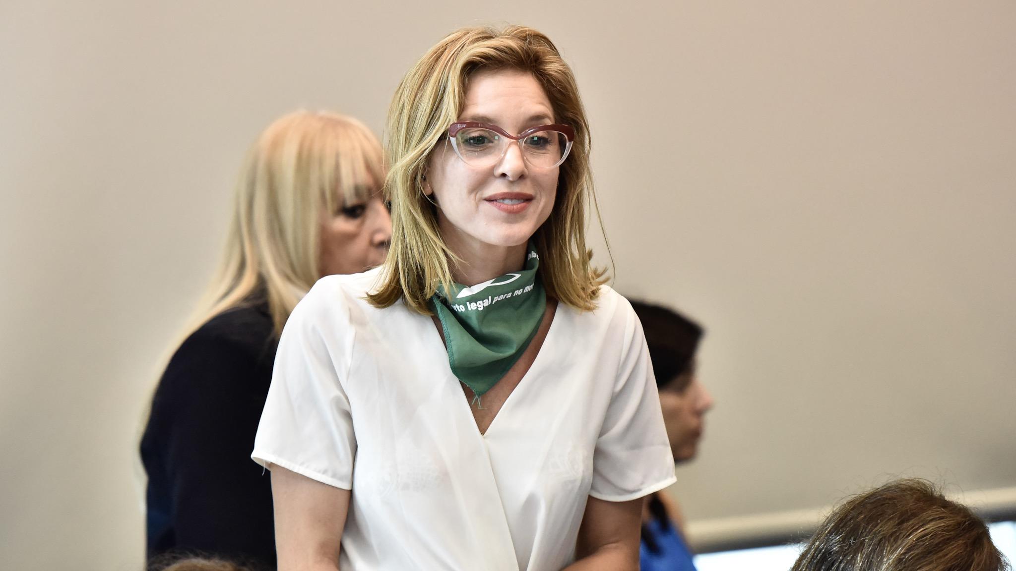 Carla Peterson lució el pañuelo verde con el que se identifican los militantes que apoyan la despenalización del aborto