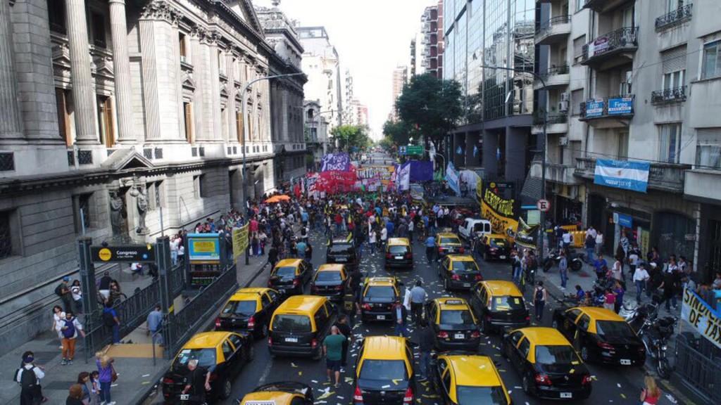 Los taxistas arribaron cerca de las 11 frente al Congreso de la Nación (Adrián Escándar)