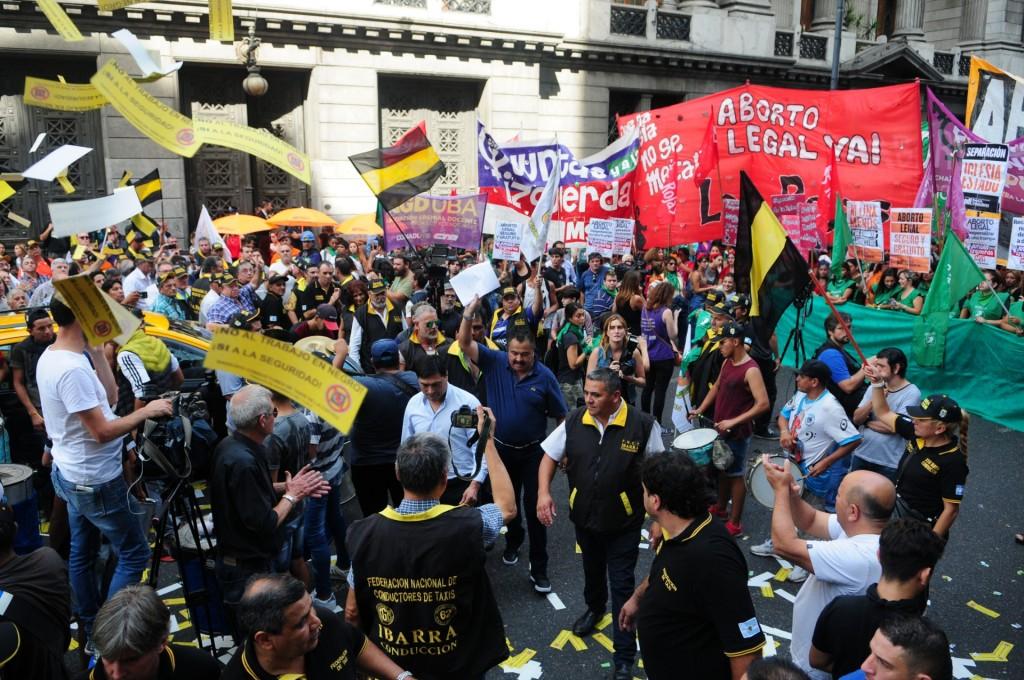 Las banderas de los taxistas, mezcladas con las de las agrupaciones que pelean por la despenalización del aborto (Maximiliano Luna)