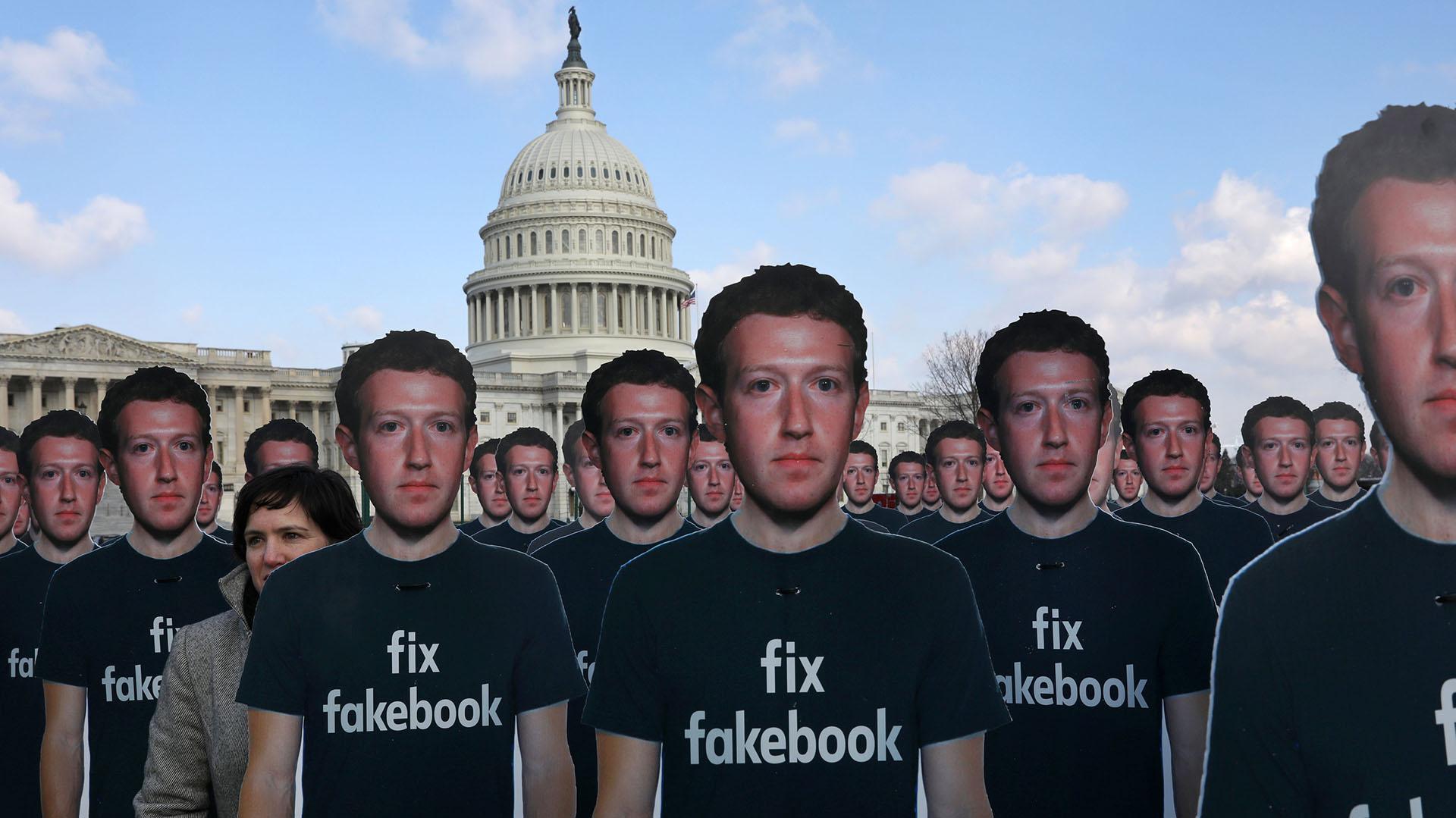 Nell Greenberg, director de Avaaz, aparece entre las figuras del CEO de la red social