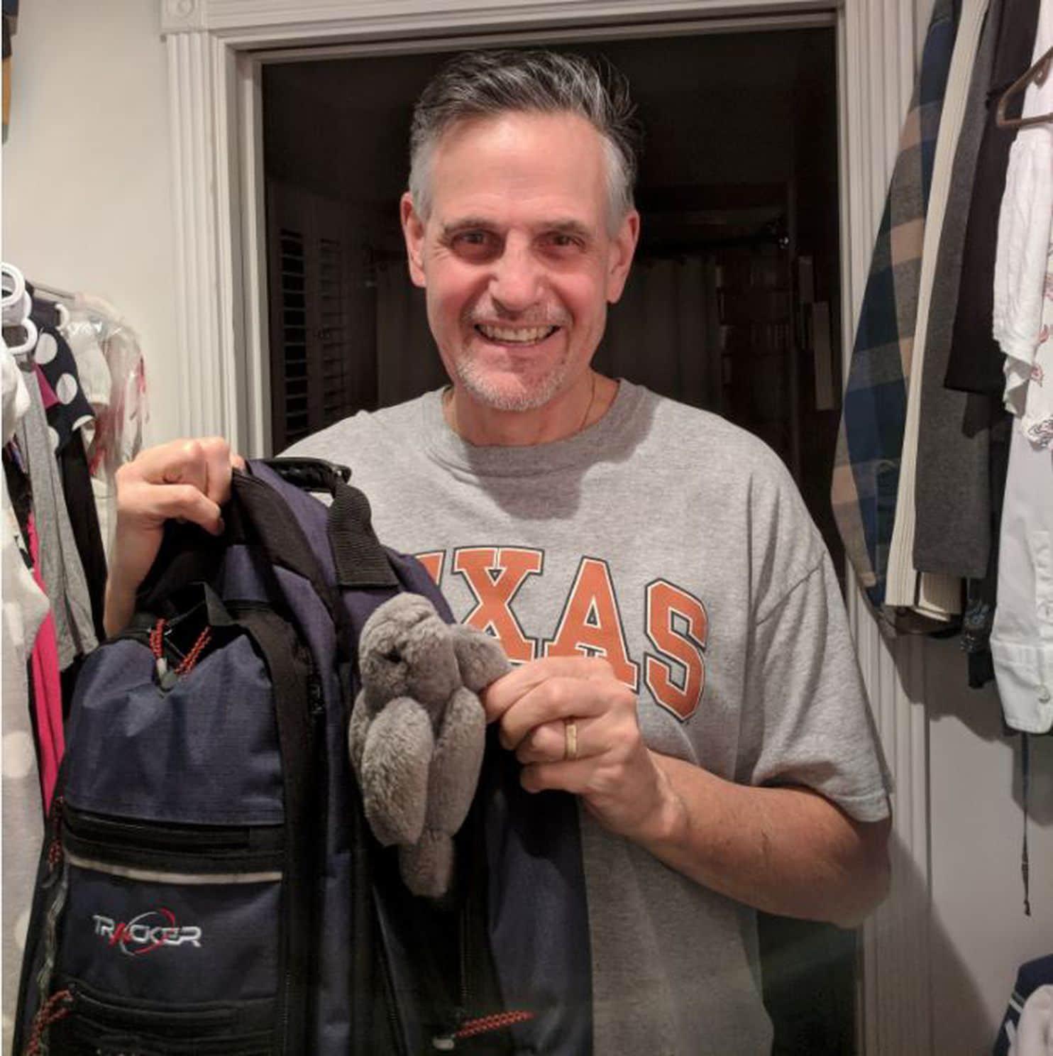 Pat Holmes junto a su bolsa de gimnasia y el peluche que le regaló a su hija hace 18 años(Cortesía de Samantha Holmes / The Washington Post)