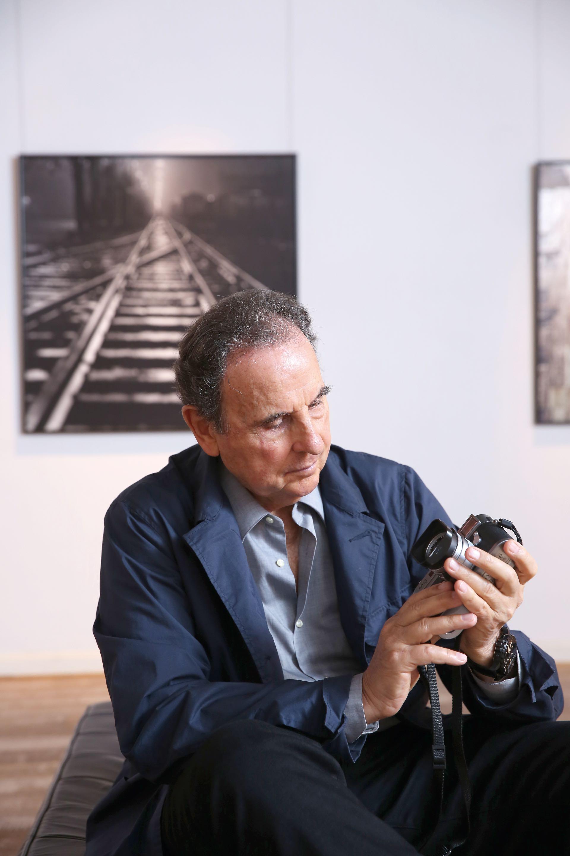 Sessa posa junto a su cámara Leica M-7. En sus 60 años de carrera tomó más de 800.000 fotos y muchas de ellas pueden verse en la retrospectiva que estará hasta el 27 de mayo en el Museo de Arte Moderno de Buenos Aires. Archivo Aldo Sessa 1958-2018: 60 años de imágenes.