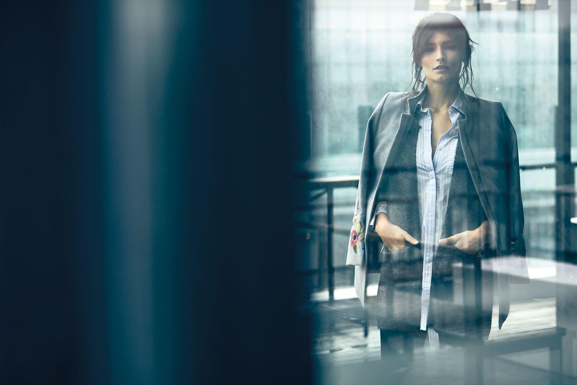Tapado de paño ($ 6.190, Silenzio), saco con escudos bordados (Fabiola Valicenti), camisa larga con tajoslaterales (St. Marie) y fuseau ($ 899, Châtelet). (Foto: Chino Toccalino/Para Ti)
