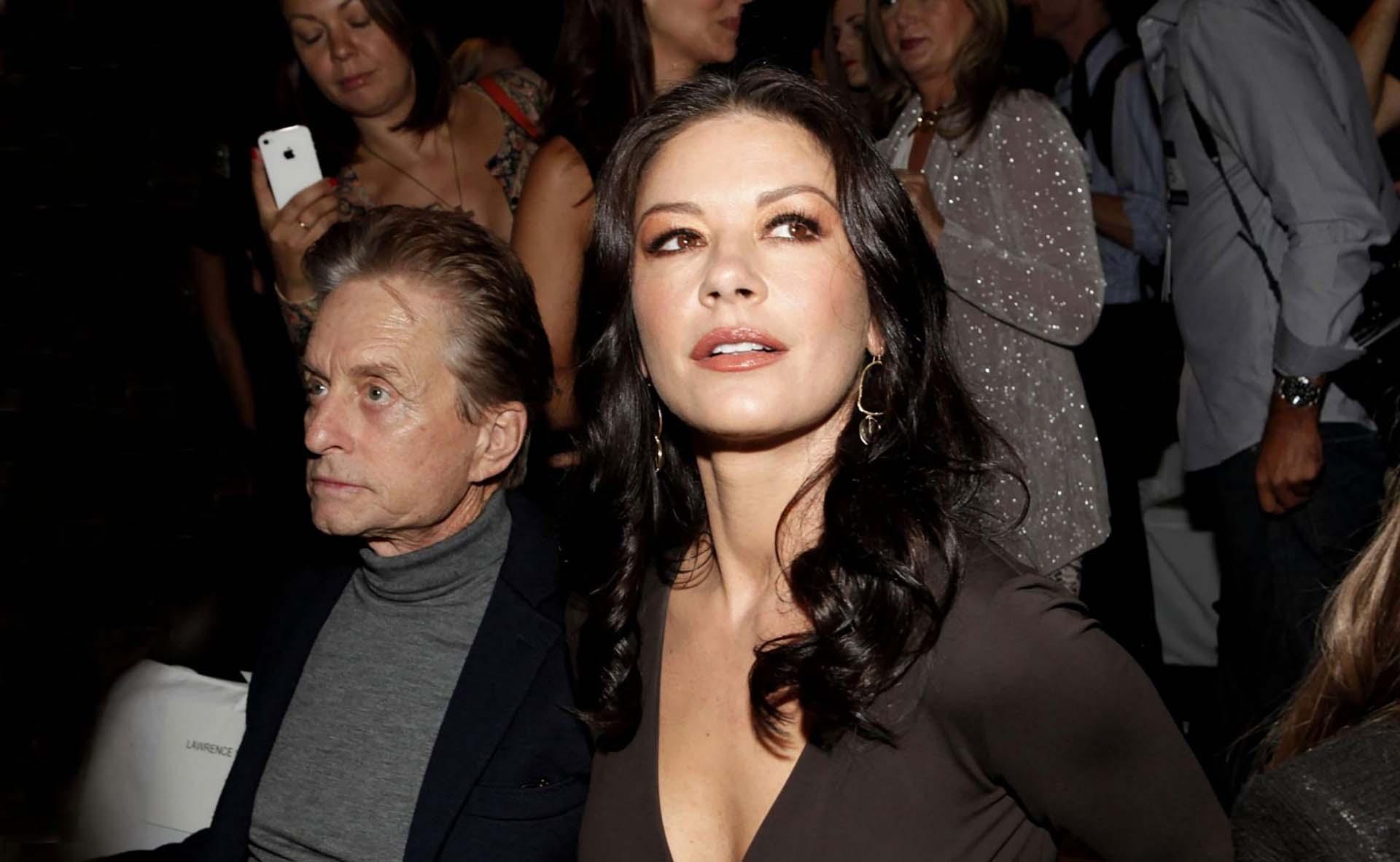 Michael Douglasy Catherine Zeta-Jonesen un desfile de Michael Korsen la primavera de 2012: juntos siempre fueron una de las parejas más glamorosas de Hollywood (Amy Sussman/Invision/AP)