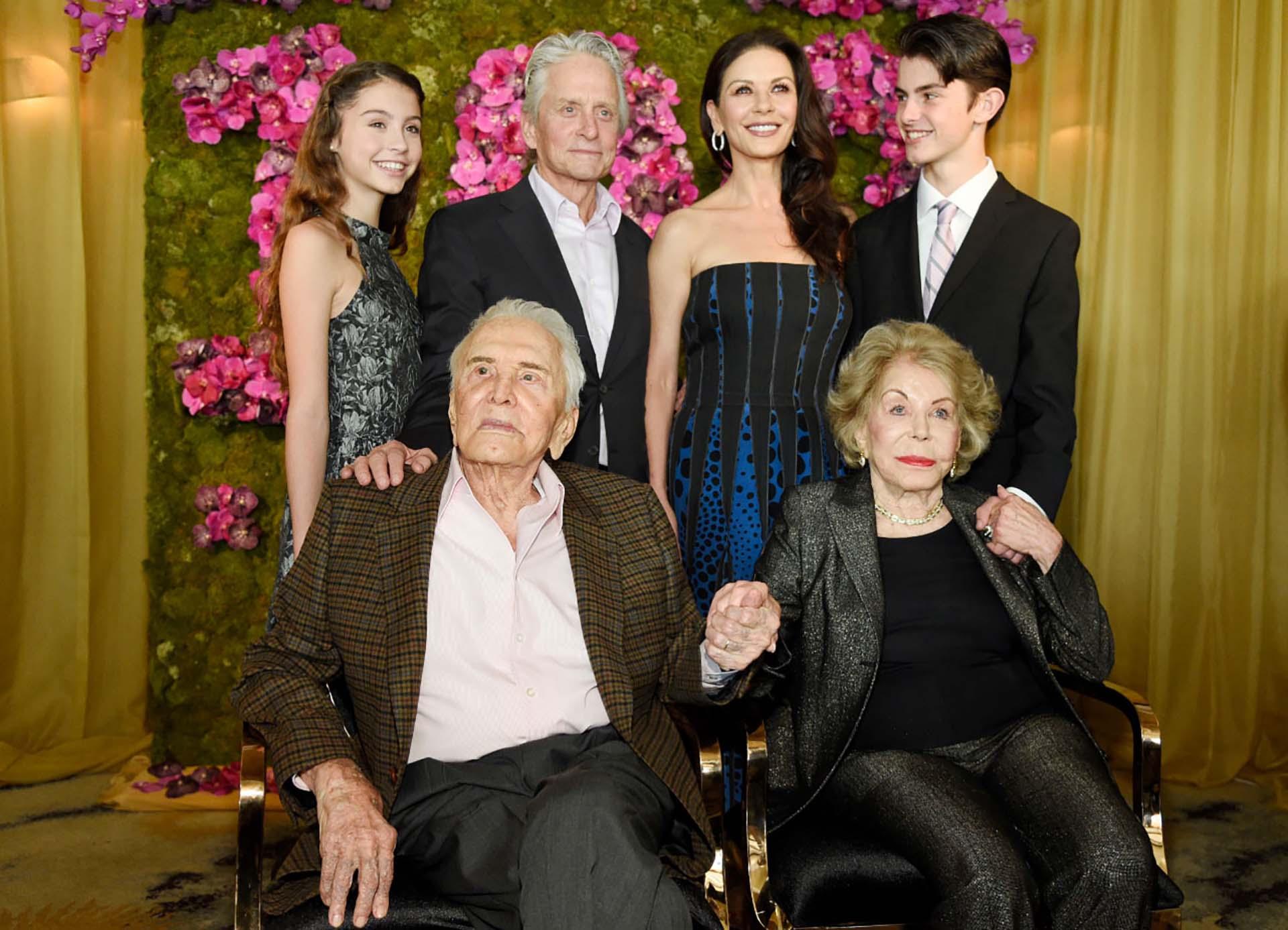 Foto de familia: Kirk Douglas,su mujer Anne Douglas, Michael, Catherine, Carys y Dylan (Chris Pizzello/Invision/AP)