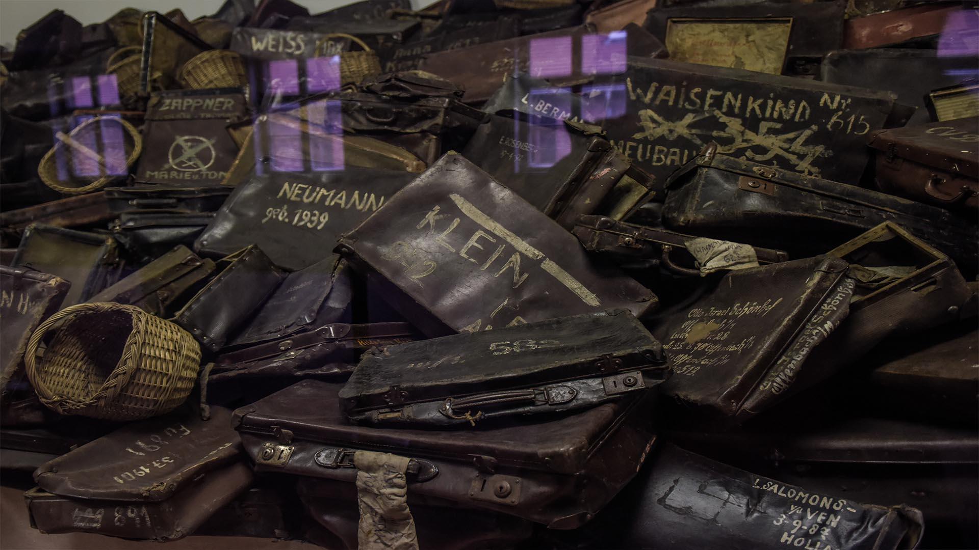 Valijas, canastos, objetos con los apellidos de las víctimas