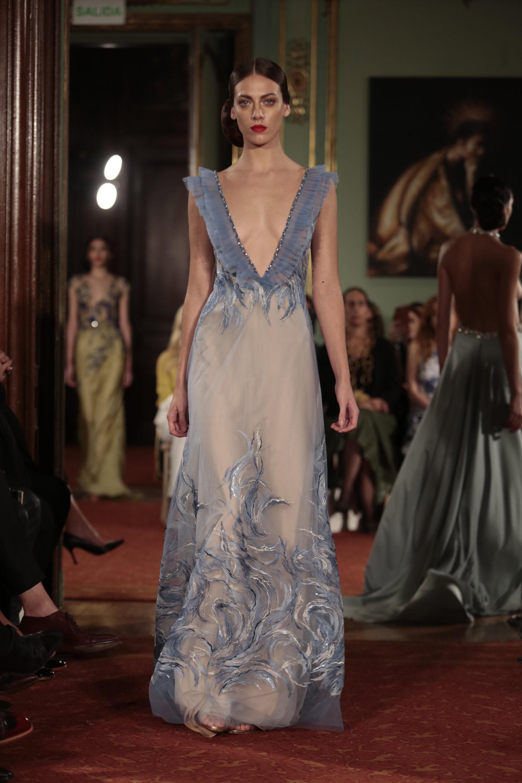 El celeste se hizo presente en la pasarela de Claudia Arce. Un diseño en tul, gasas y bordados en degradés de azules y blancos con un gran escote V con bordes de piedras y cristales a tono