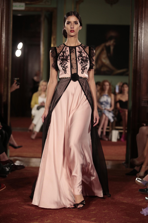 El rosa y el negro, una combinación indispensable para las colecciones de vestidos de fiesta, también estuvo presente. De seda natural y sobrefalda de gasa negra, detalles de encaje en las mangas y plumetí en el escote