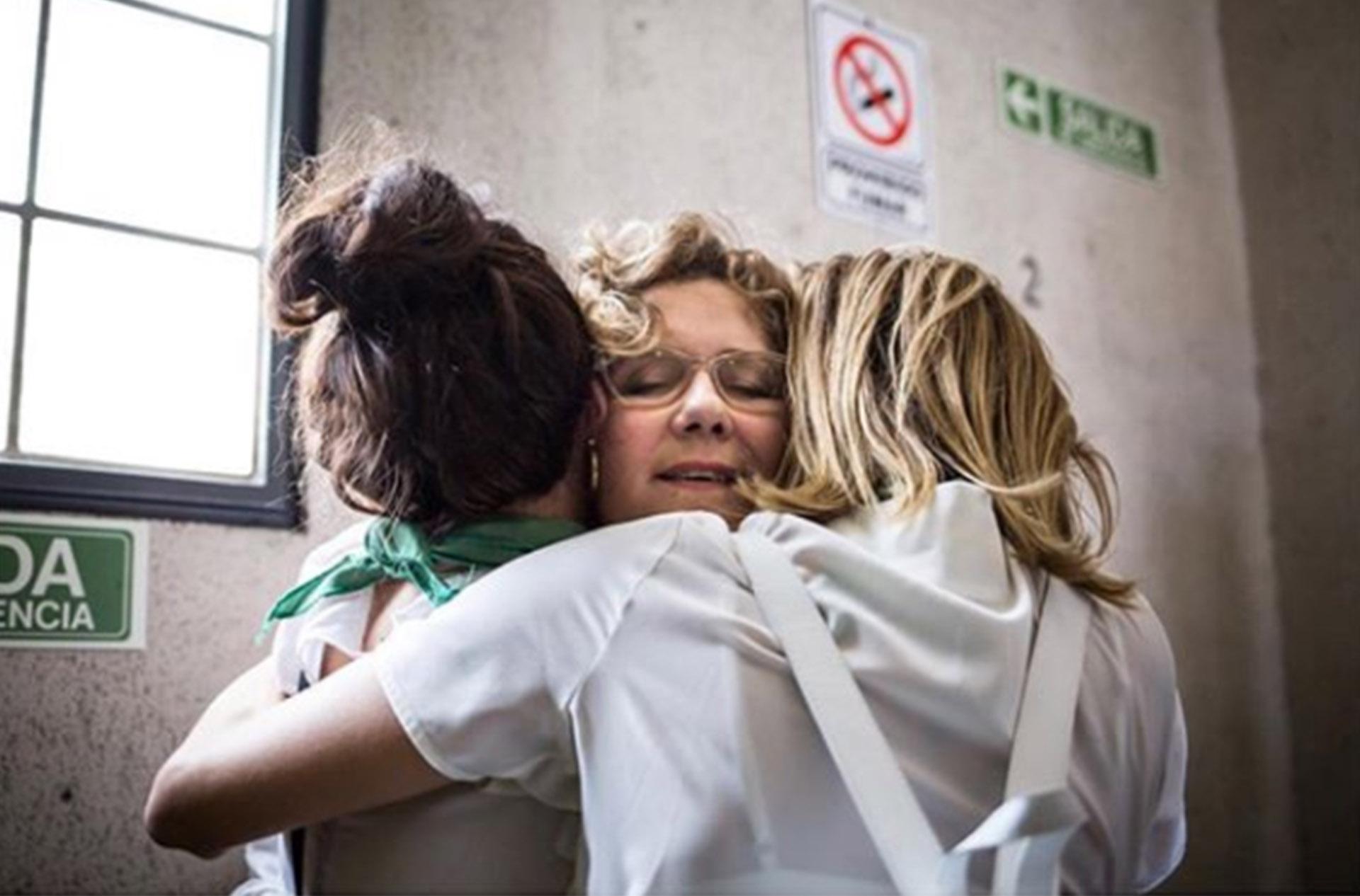 No hay palabras que definan este abrazo entre Verónica Llinás, Griselda Siciliani y Carla Peterson… Y es que minutos antes, en el debate en el Congreso por la despenalización del aborto, las actrices ya lo habían dicho todo (Foto: Nacho Yuchark / Instagram)