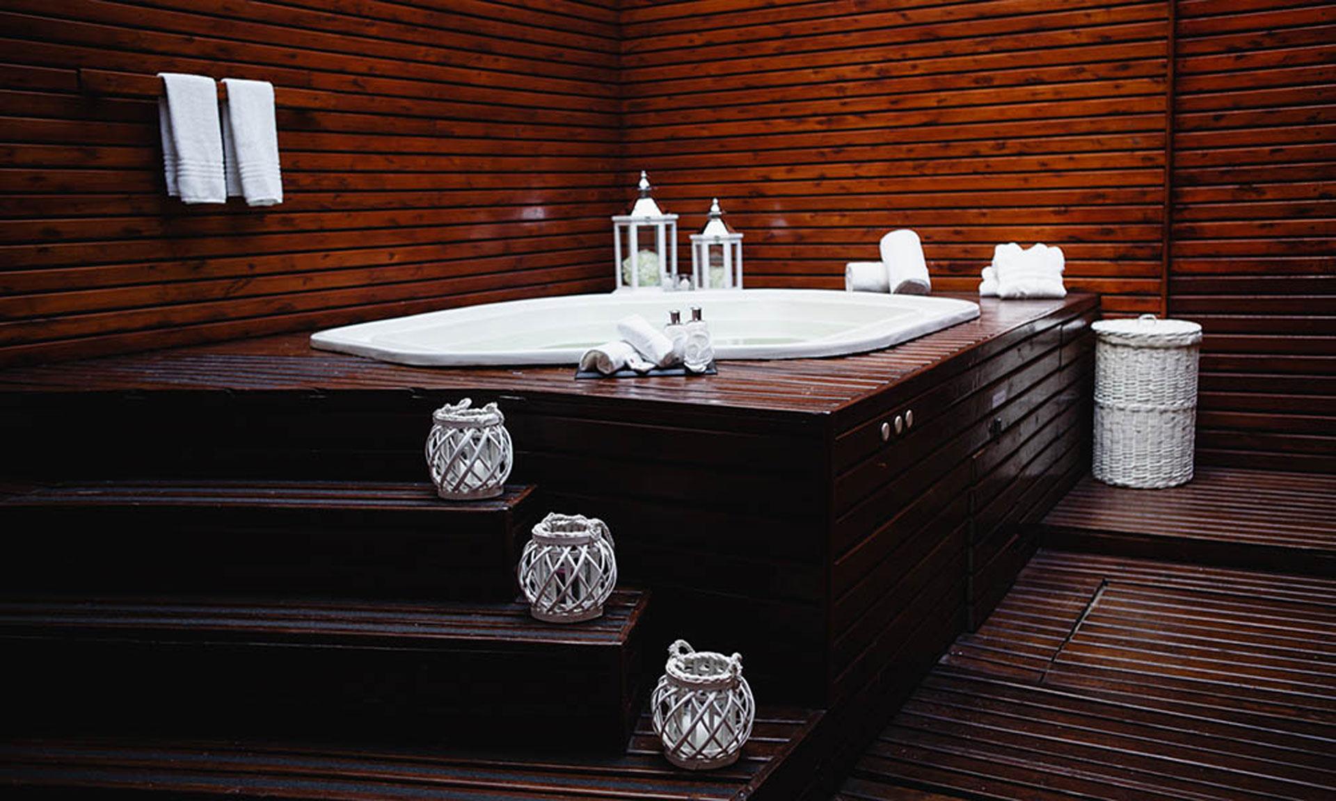 Jacuzzi clásico de madera en el Health Club de Ker Belgrano Apart Hotel & Spa.