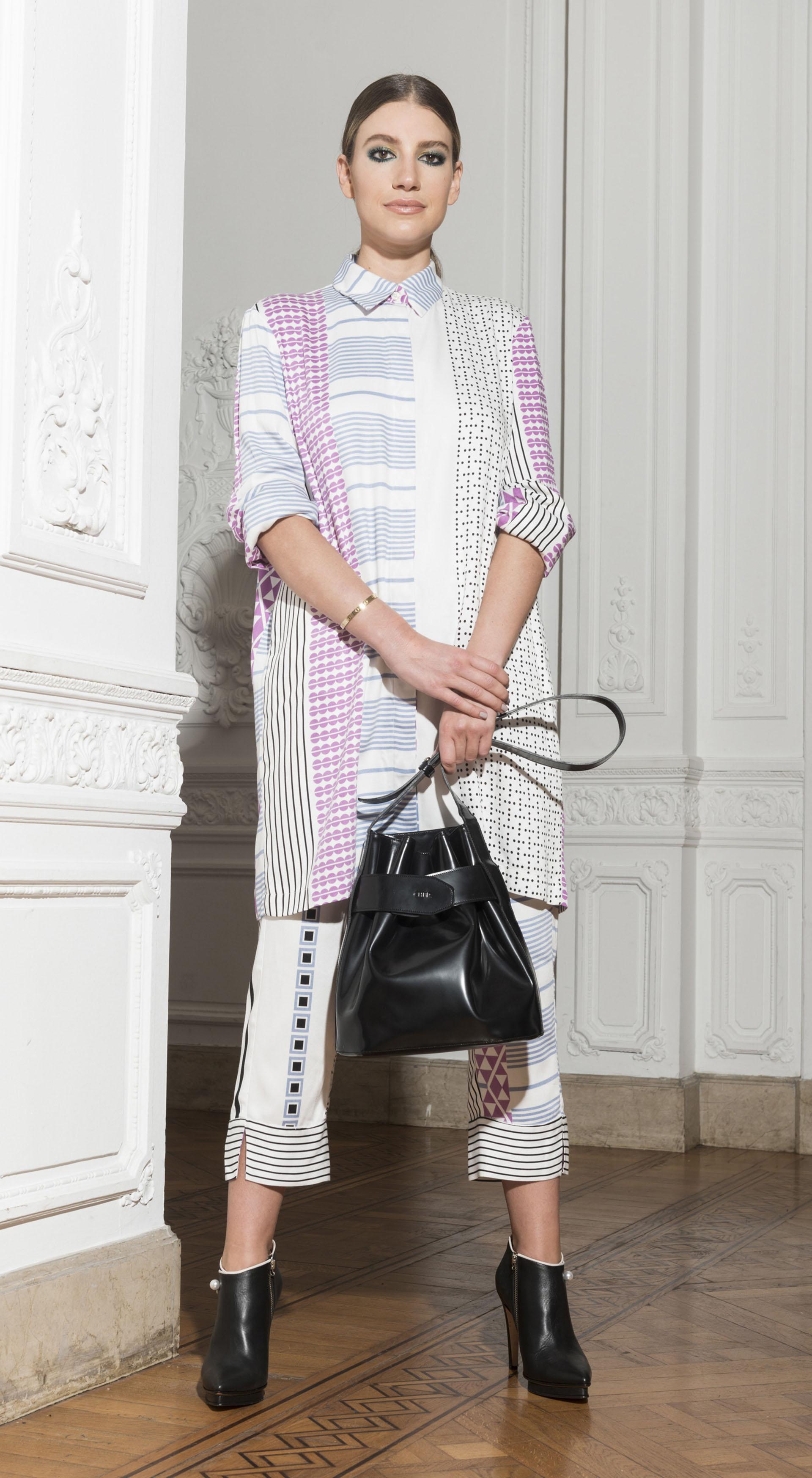 Camisola y pantalón al tobillo de estampados geométricos y cartera de cuero negro by CHER. Botinetas de cuero con cierres y perla de Valdez