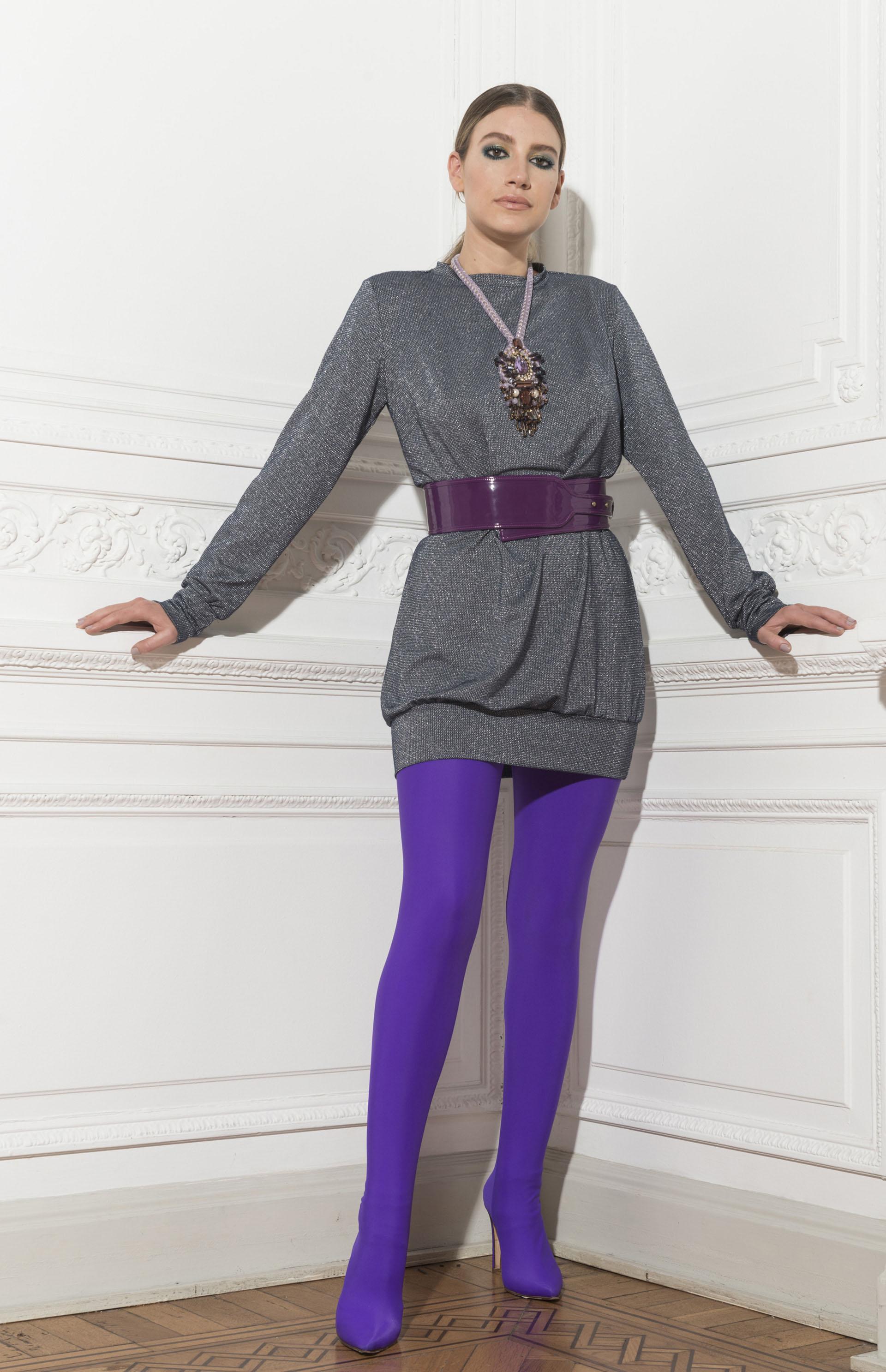 Vestido de mangas largas de lurex, faja y medias-bota violeta de Dot by Laurencio Adot. Maxi collar de terciopelo y piedras de Luna Garzon