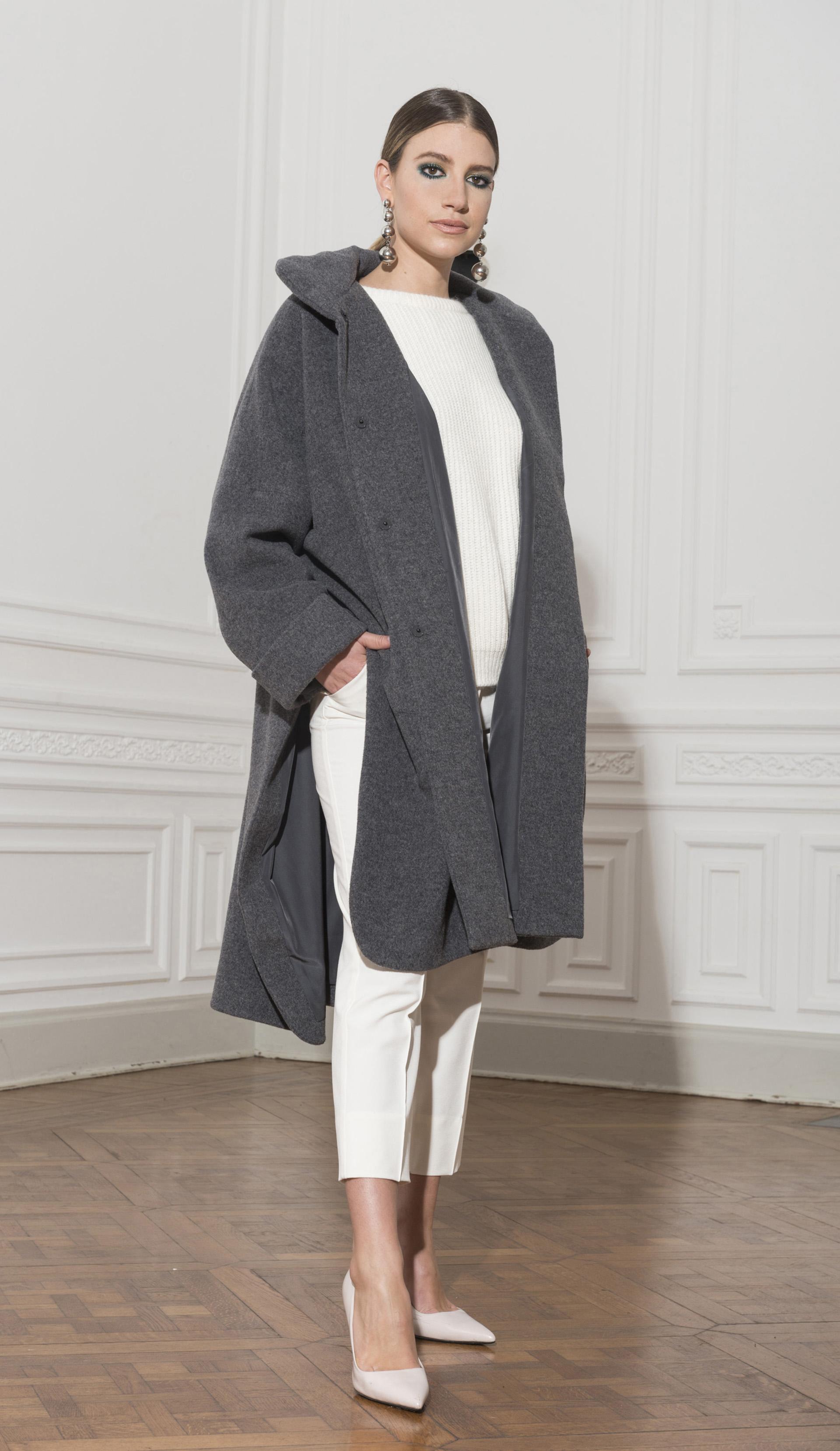 Pantalón al tobillo, sweater de lana, tapado gris con cortes by Zito y aros en cascada de círculos plateados de Luna Garzon