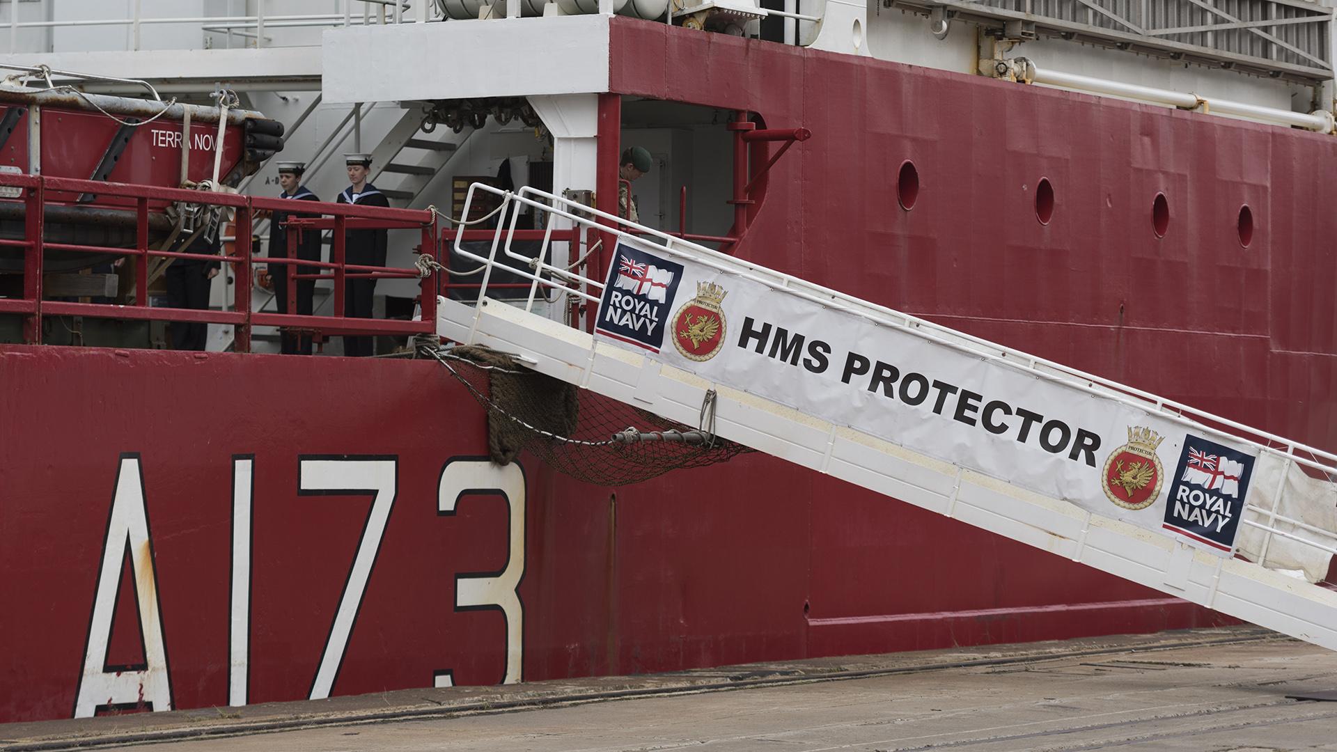 El HMS Protectorse encuentra en el puerto de Buenos Airestras participar de la búsqueda del submarino ARA San Juan y de la campaña antártica británica