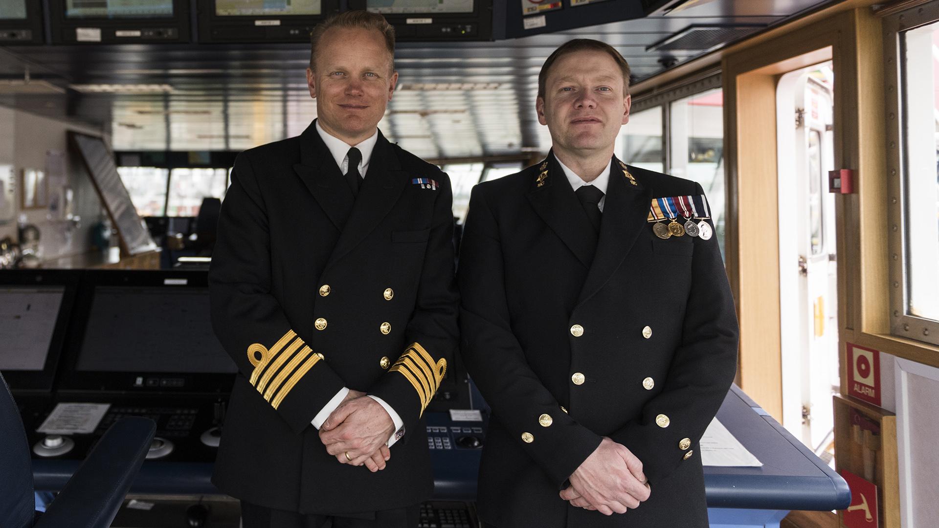 El capitán Matt Syrett junto al oficial Simon Warren, quien fue parte de la tripulación que participó de la búsqueda del ARA San Juan
