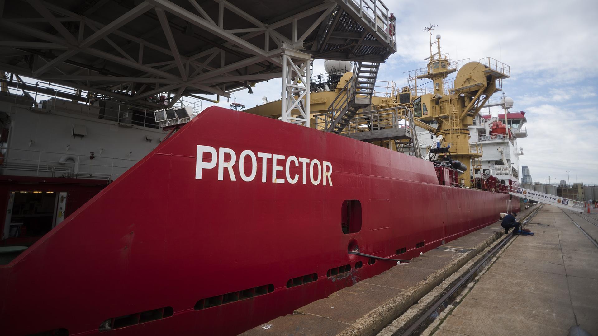El buque HMS Protector, amarrado en la dársena E del Puerto de Buenos Aires (Fotos: Adrián Escandar)