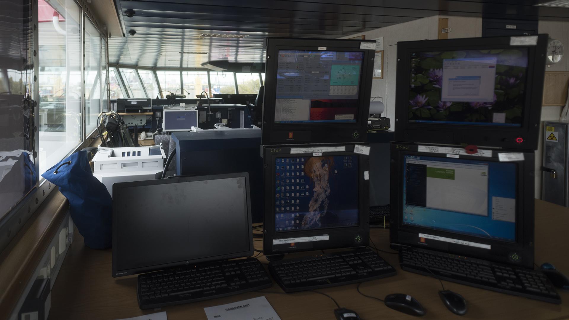 Las pantallas con la información que provee la ecosonda debe ser monitoreada constantemente por una persona