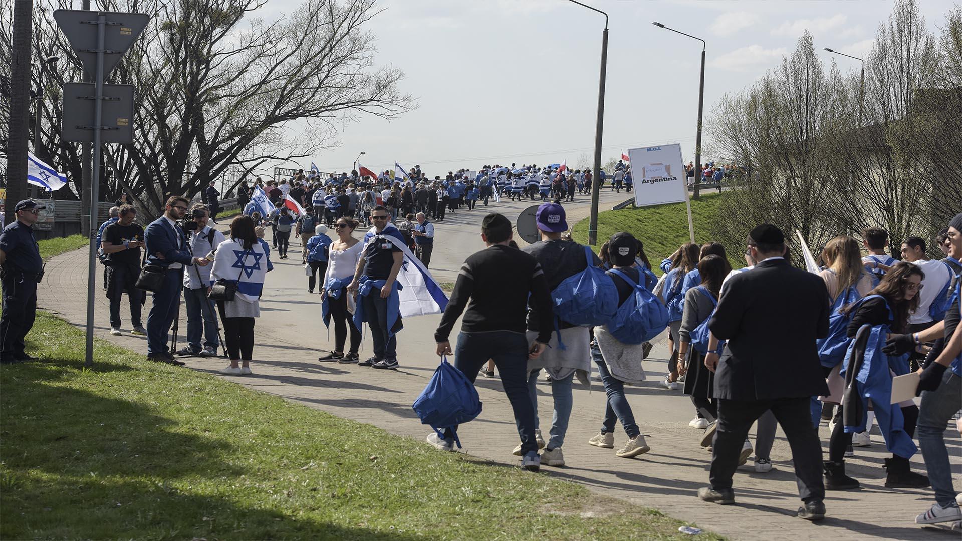 Desde hace 30 años miles de personas de todo el mundo recorren los 3 kilómetros que separan Auschwitz de Birkenau