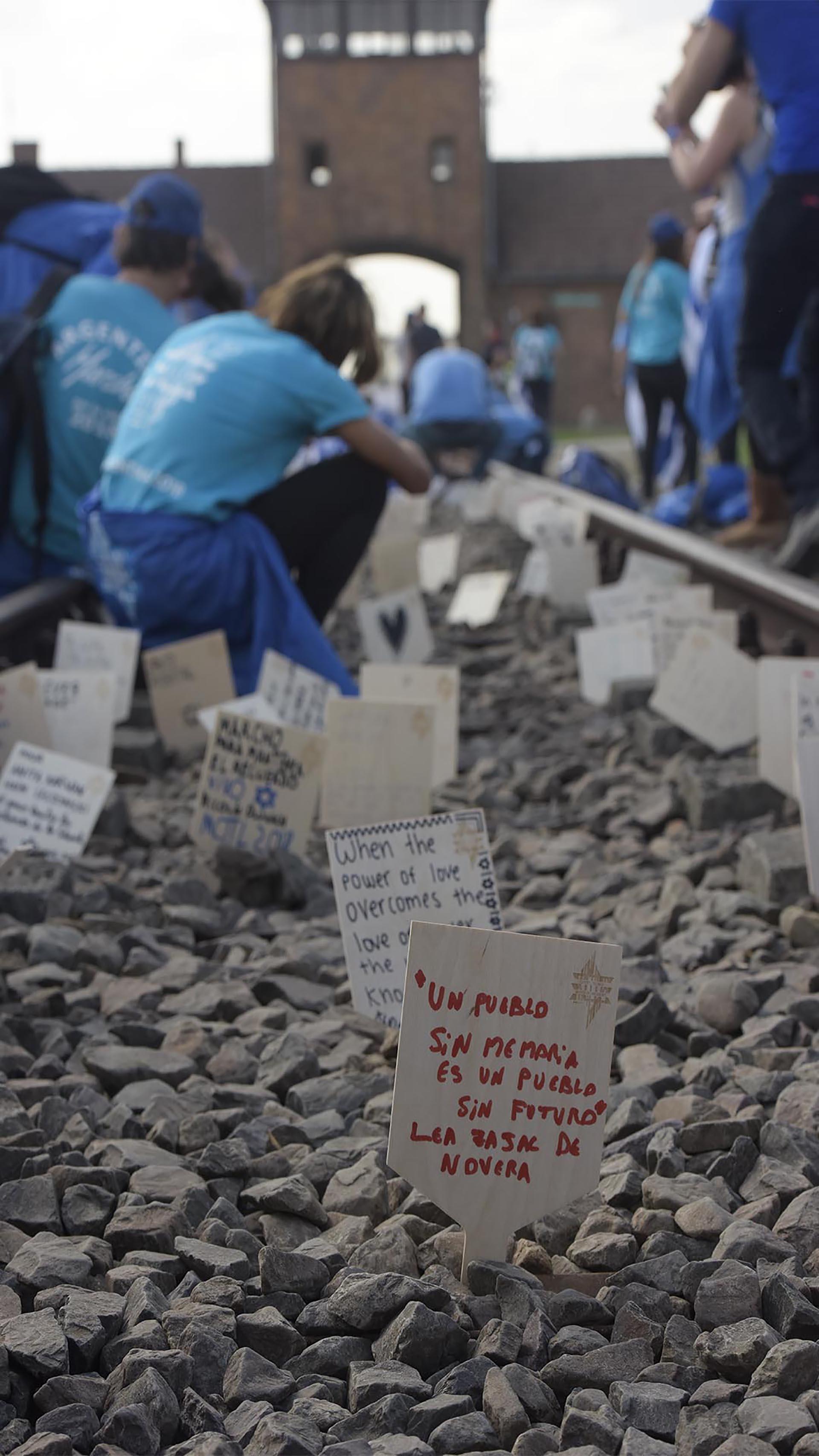 Los mensajes de los jóvenes en las vías de los trenes que llevaban a los campos de exterminio