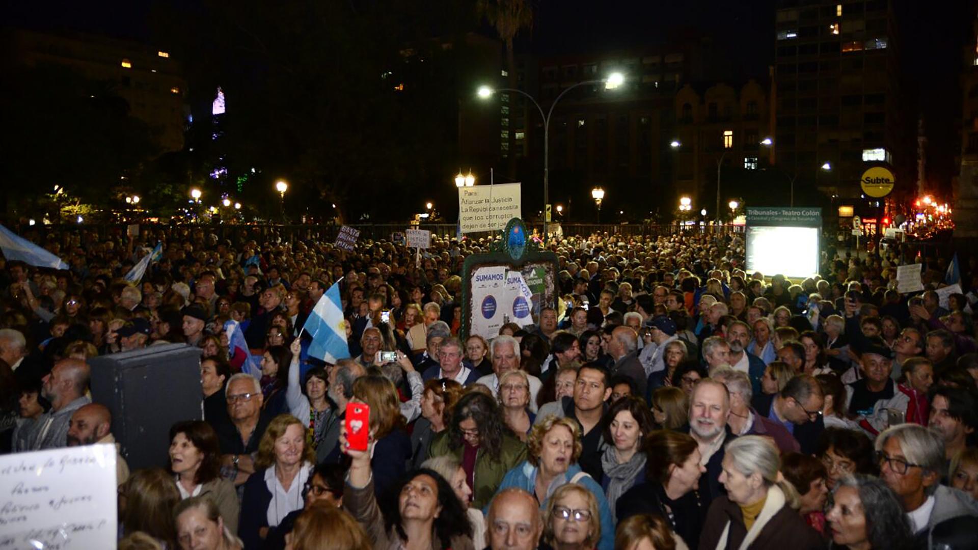 Miles de personas se manifestaron frente a Tribunales