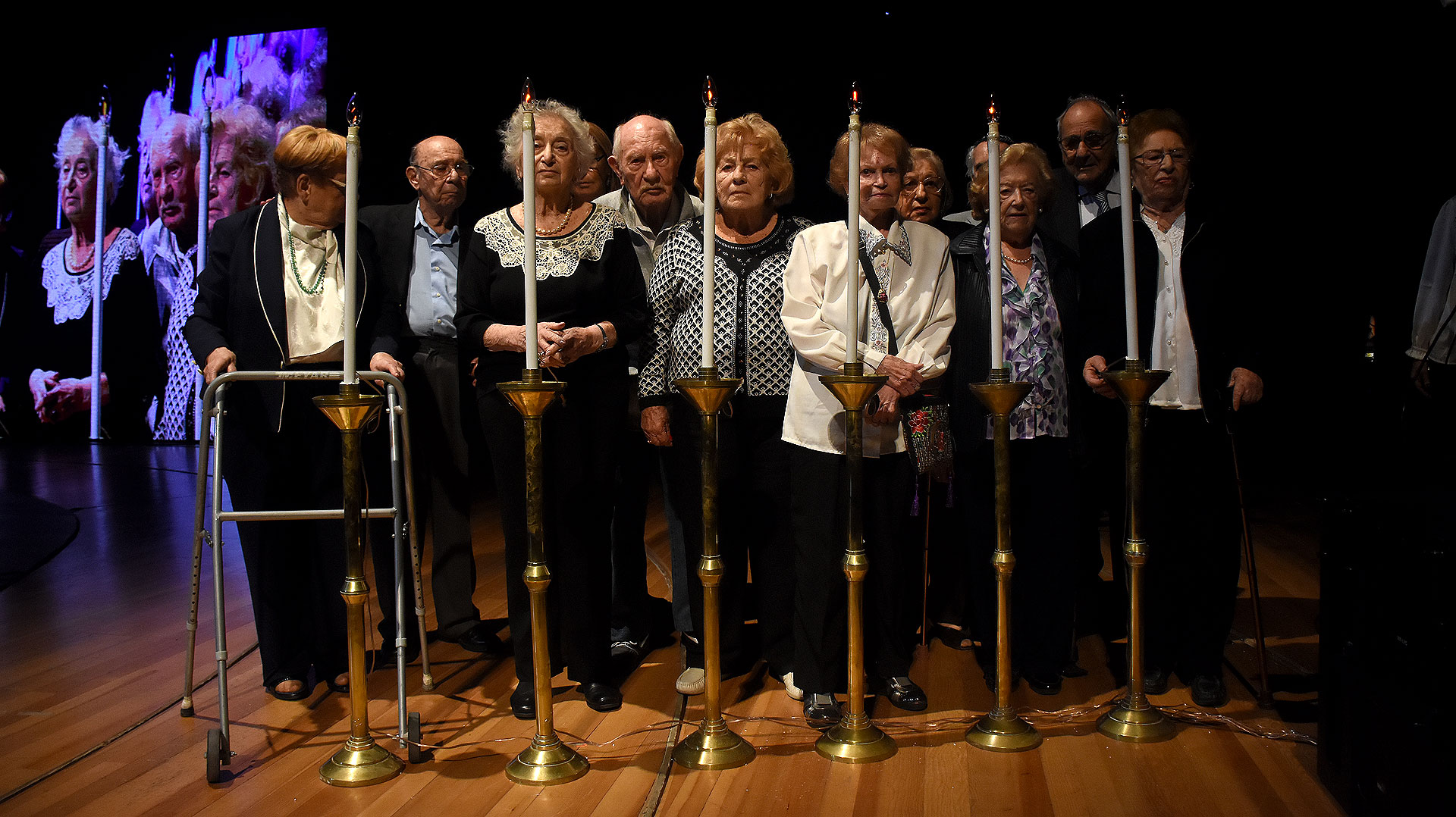 Luz por la memoria: el emotivo encendido de velas de los sobrevivientes, recordando a los seis millones de judíos que fueron asesinados durante el Holocausto