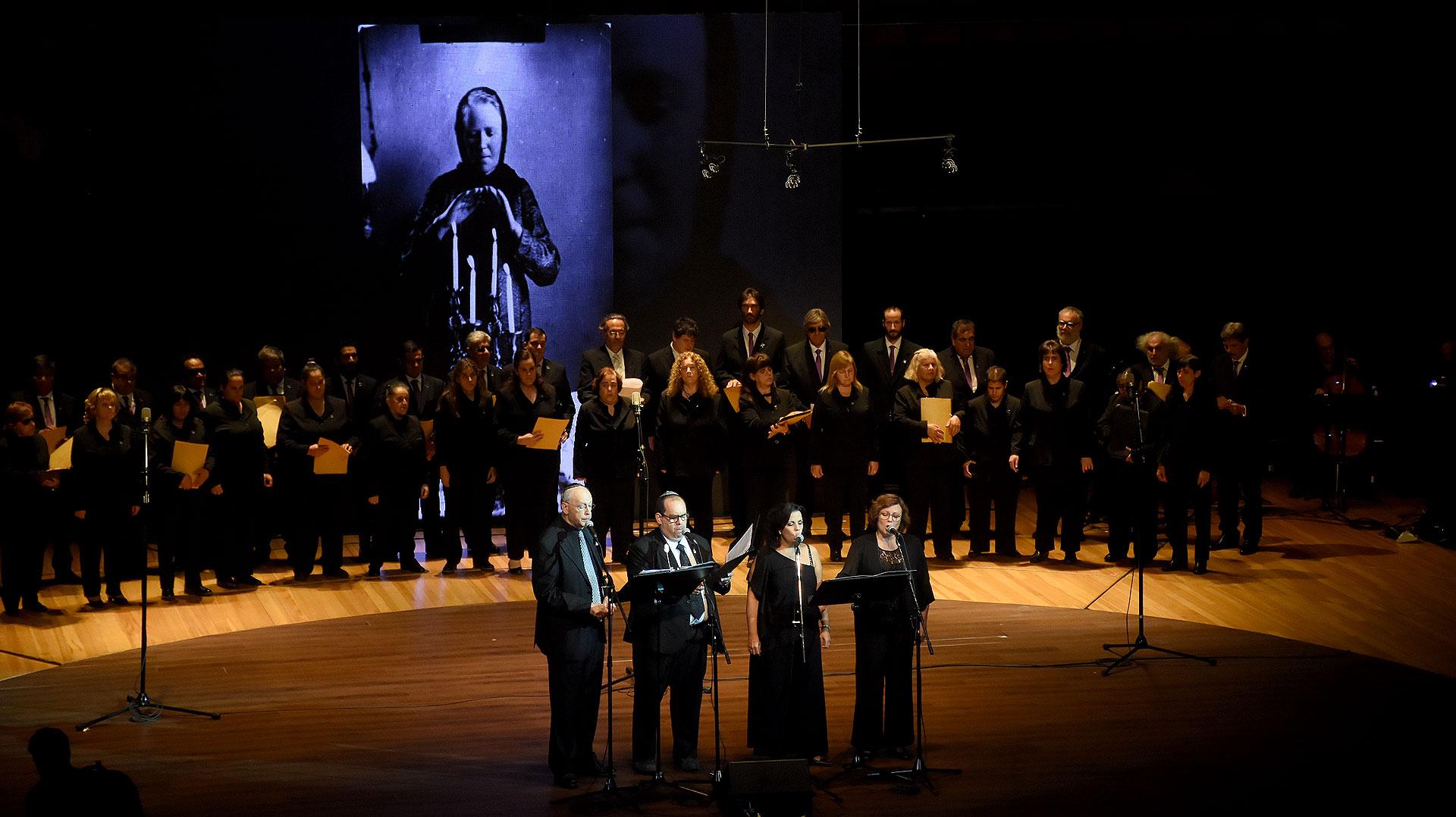 También participó el Coro Polifónico Nacional de Ciegos, dirigido por el maestro Carlos Roberto Larrimbe