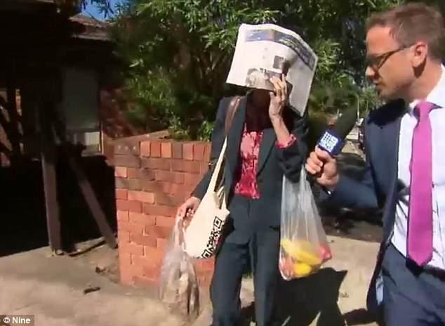 Flanagan saliendo de su casa en un barrio acomodado de Sídney
