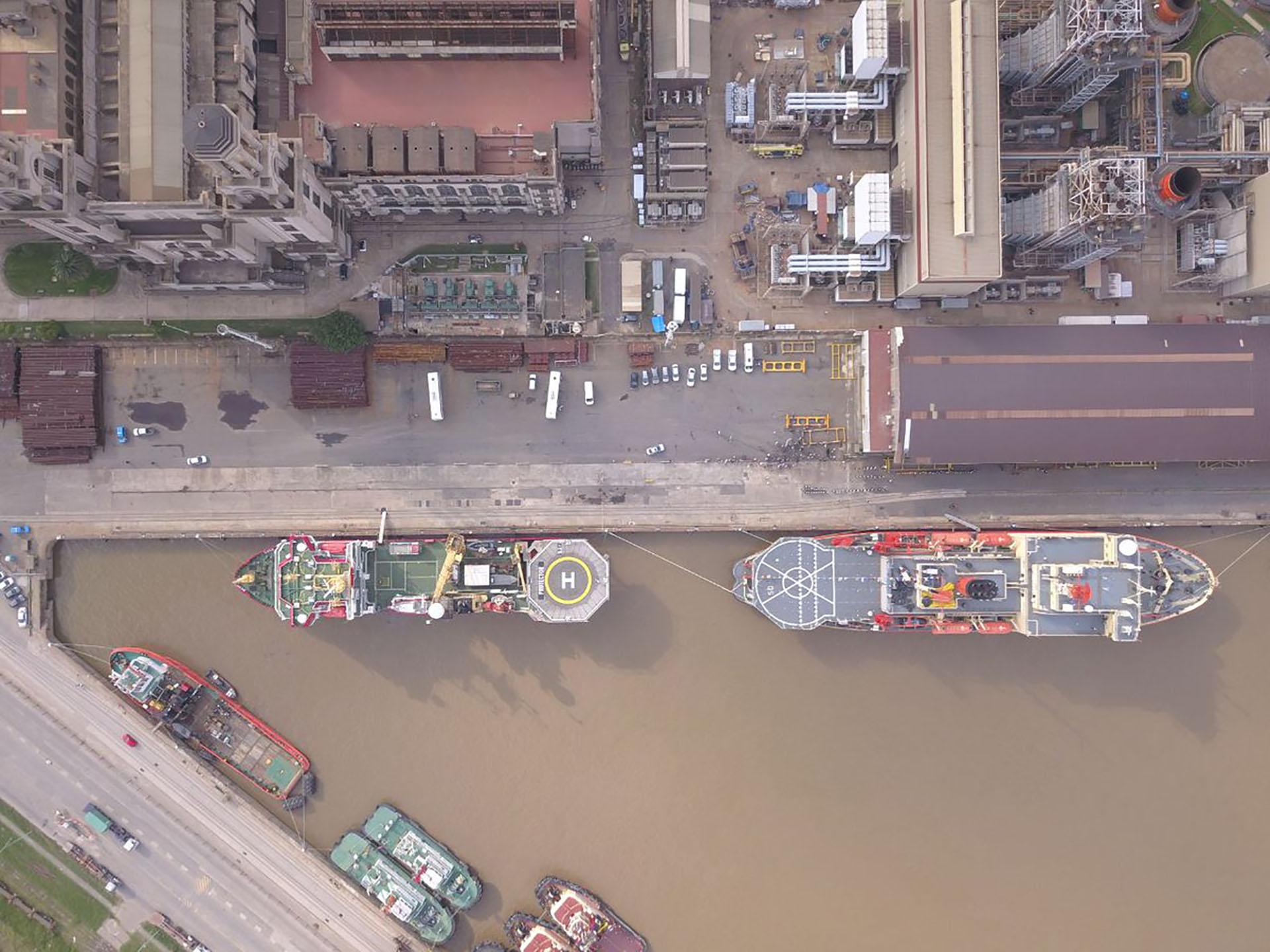 A la izquierda, el HMS Protector; a la derecha, el rompehielos ARA Irizar