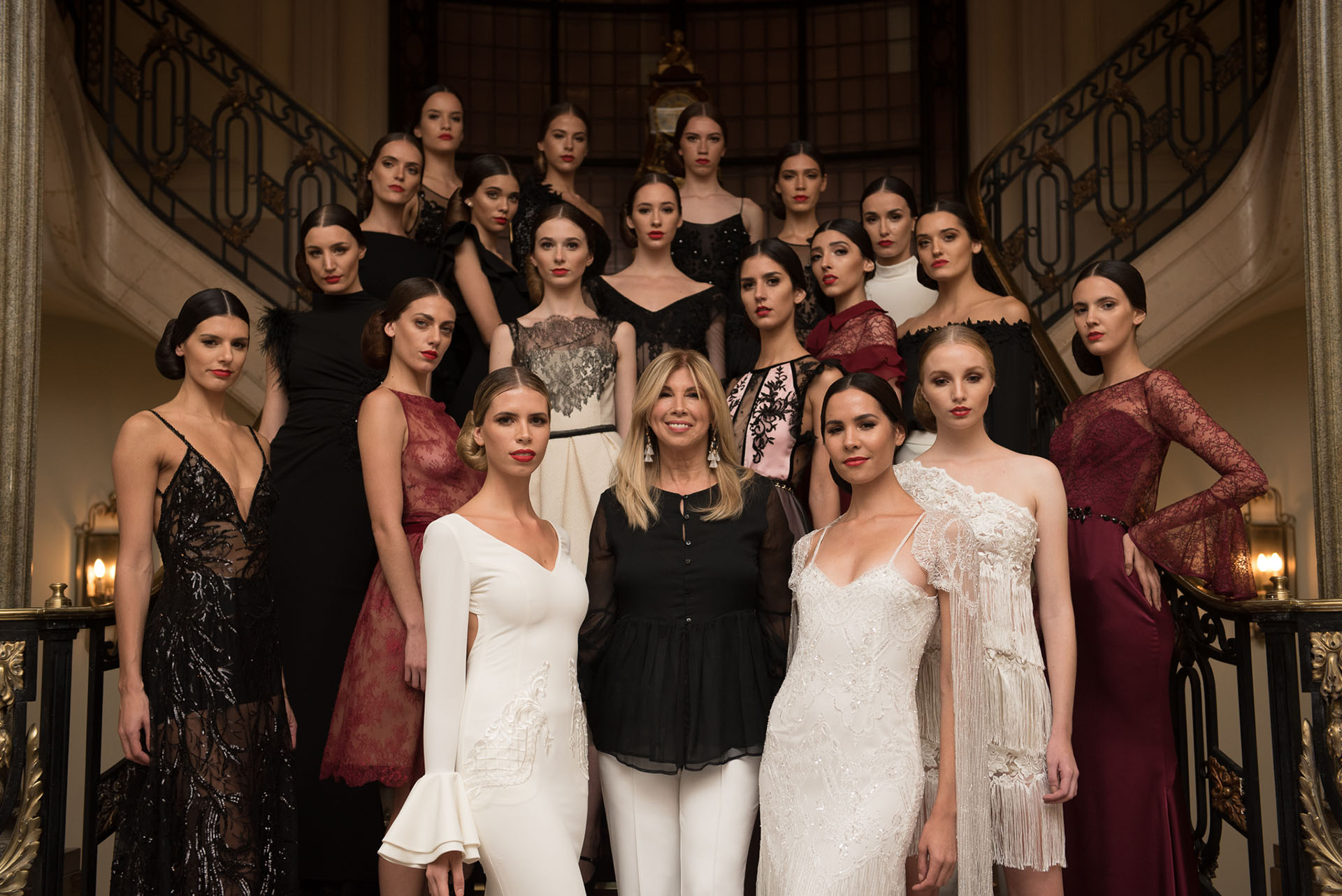 La diseñadora junto a las modelos en el gran final del desfile /// Fotos: Positive Studio