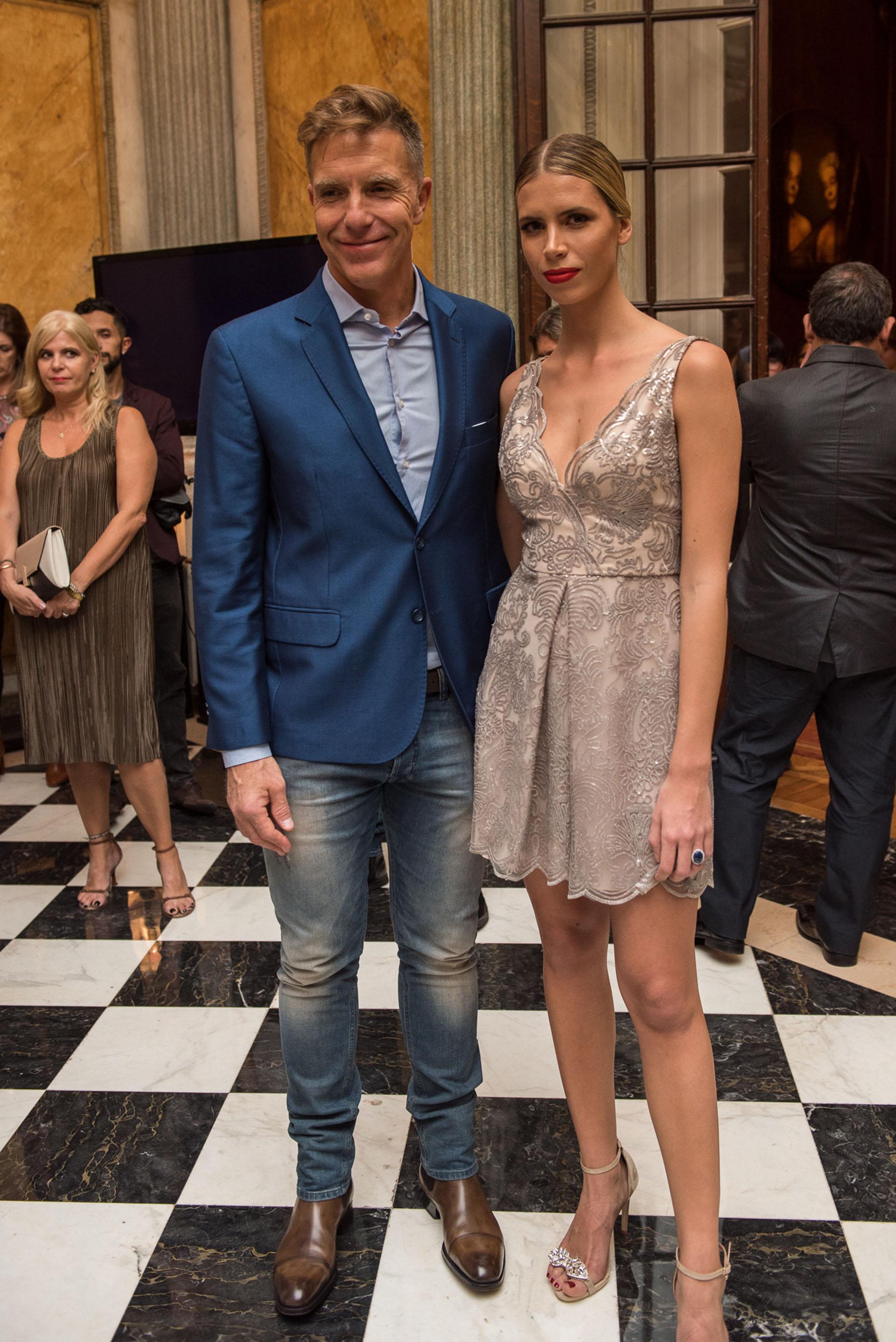 Alejandro Fantino acompañó a su pareja, la modelo Coni Mosqueira, quien desfiló el vestido de novia de la nueva colección de Claudia Arce